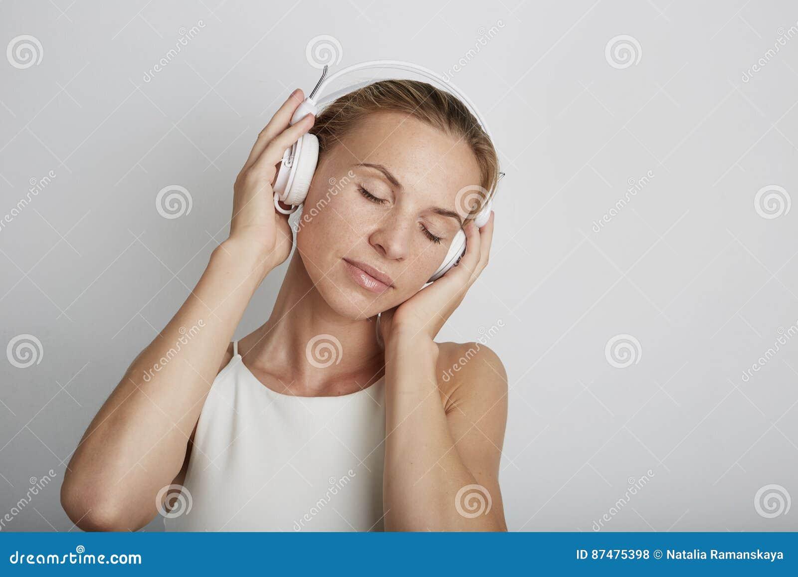 ακούοντας γυναίκα μουσ