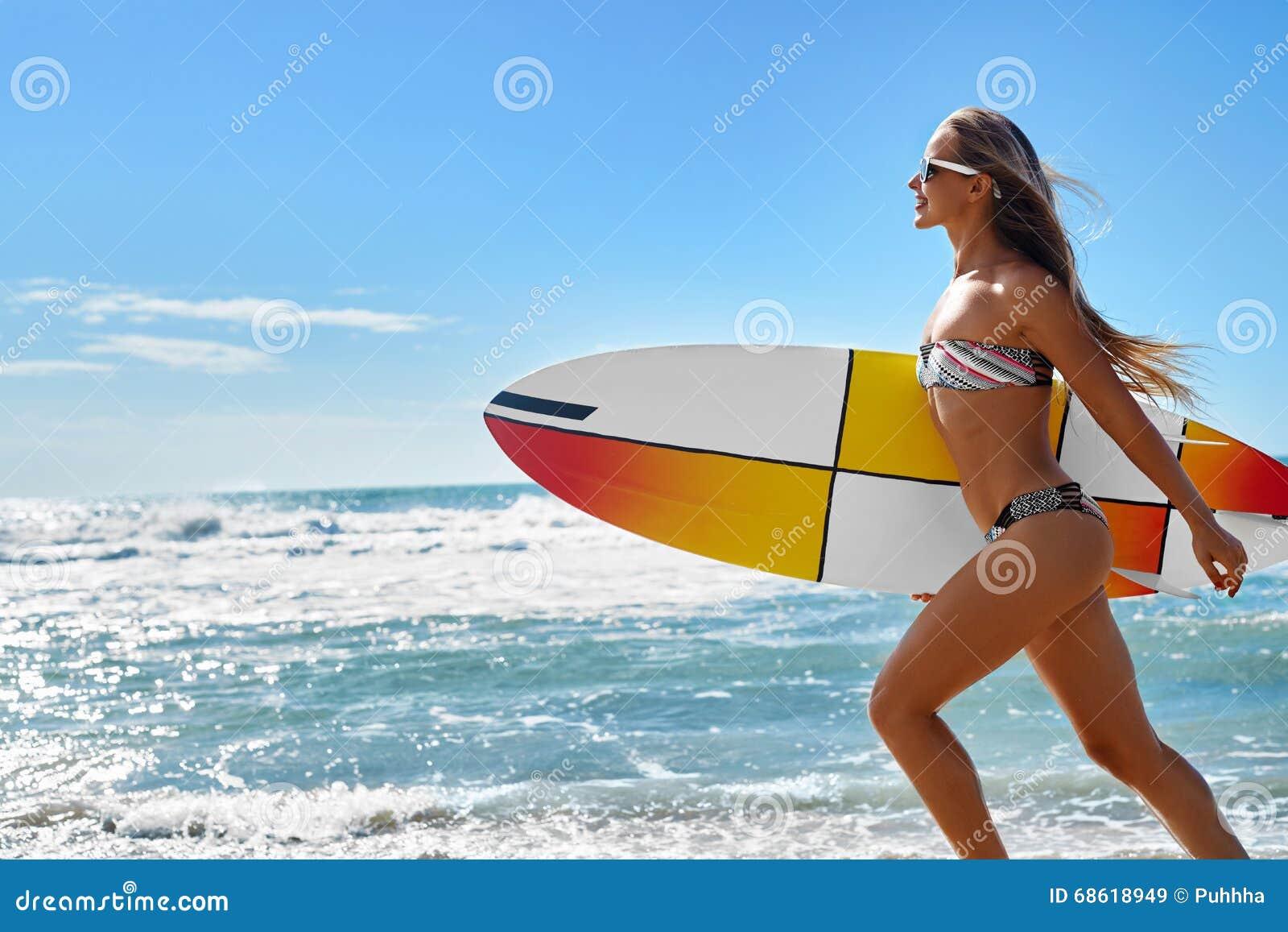 Ακραίος αθλητισμός ύδατος σερφ Κορίτσι με το τρέξιμο παραλιών ιστιοσανίδων