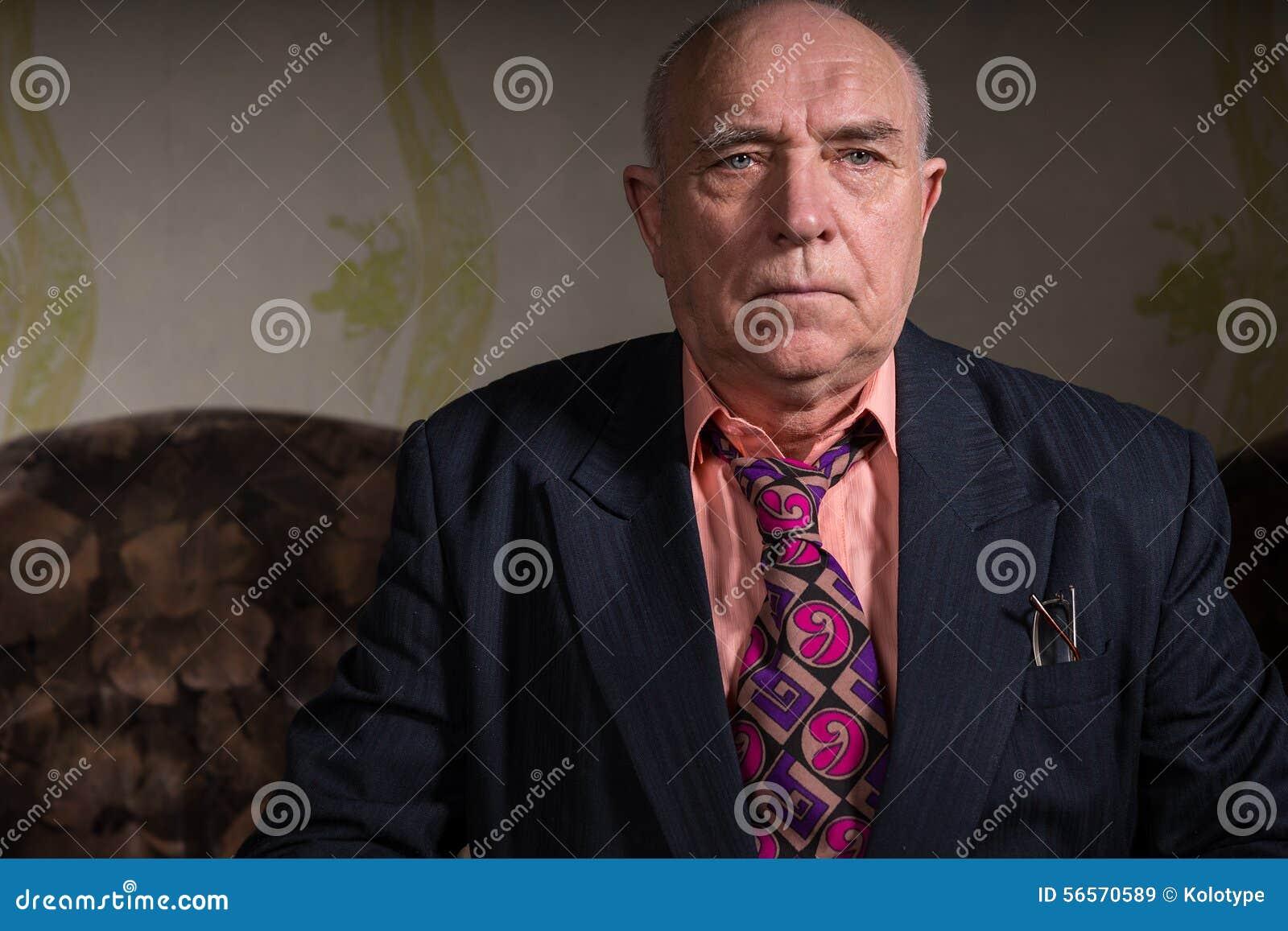 Download Ακριβής παλαιά συνεδρίαση επιχειρηματιών στο δωμάτιό του Στοκ Εικόνα - εικόνα από σακάκι, ηλικιωμένοι: 56570589