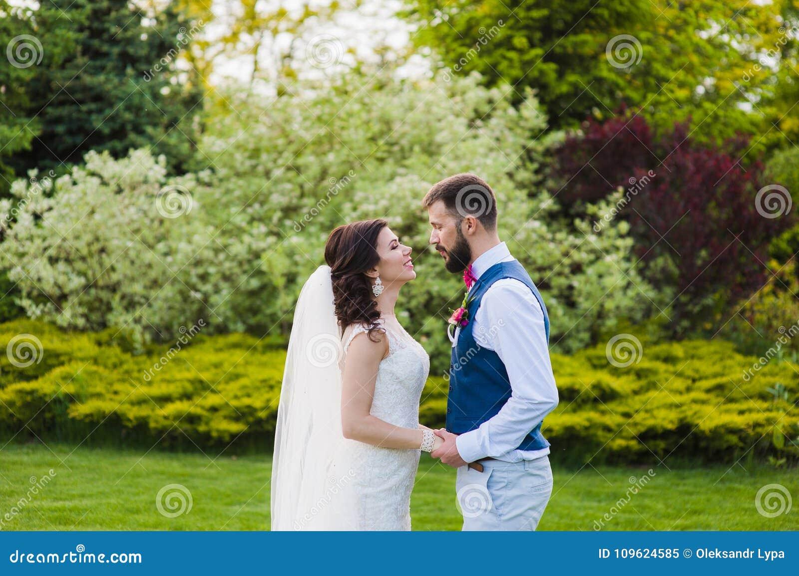Ακριβώς παντρεμένο νέο ζευγάρι που πηγαίνει να φιλήσει