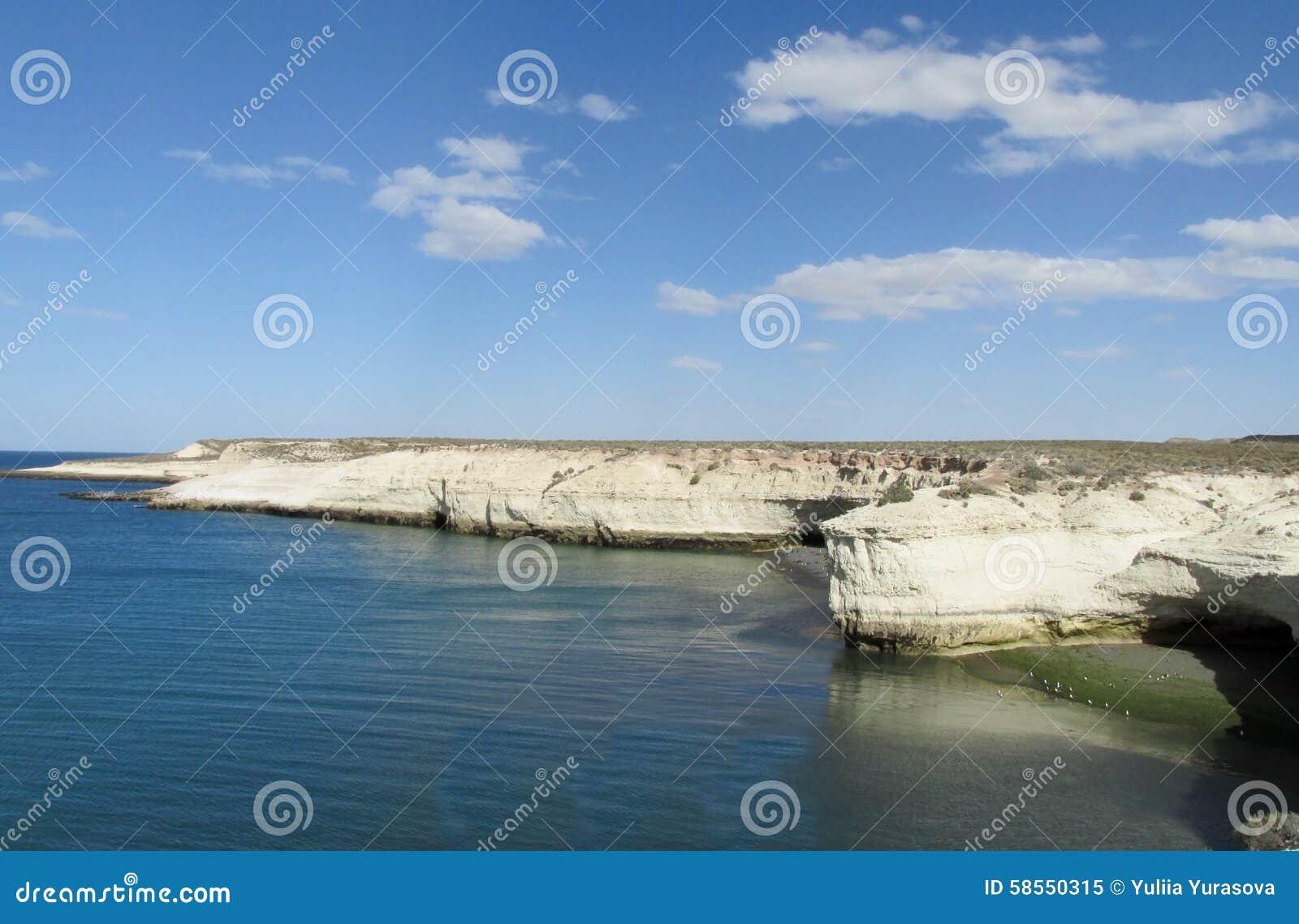 Ακρωτήριο με τους άσπρους απότομους βράχους στον ωκεανό