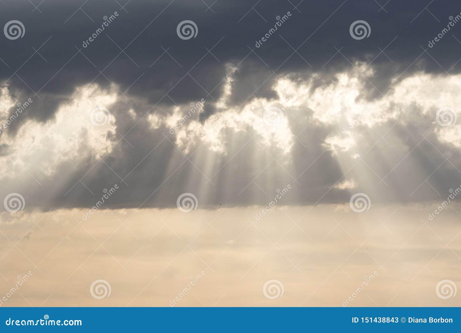 Ακτίνες ήλιων στο ηλιοβασίλεμα, νεφελώδης ουρανός