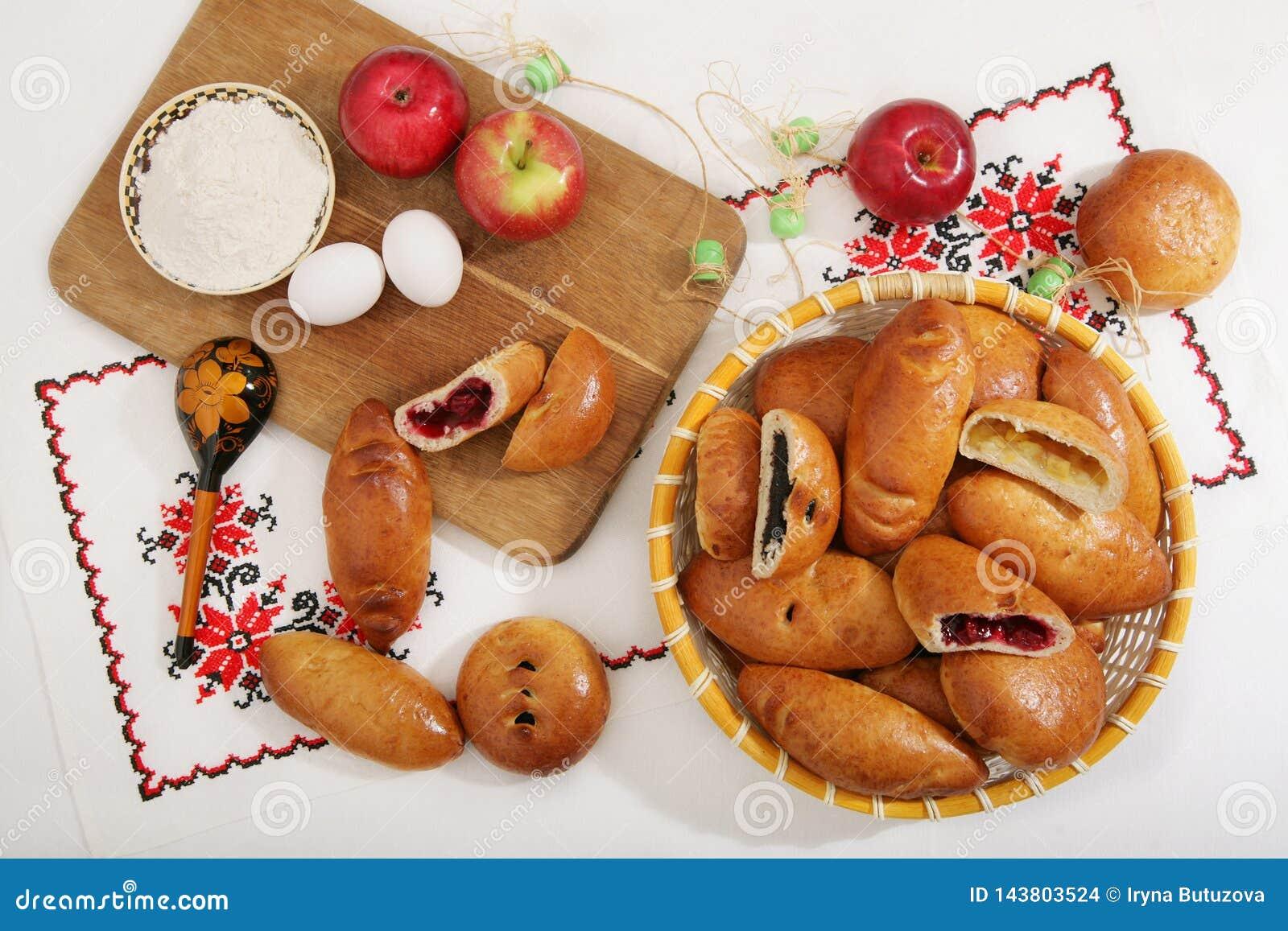 Ακόμα-ζωή με τις παραδοσιακές ρωσικές εύγευστες πίτες στο καλάθι