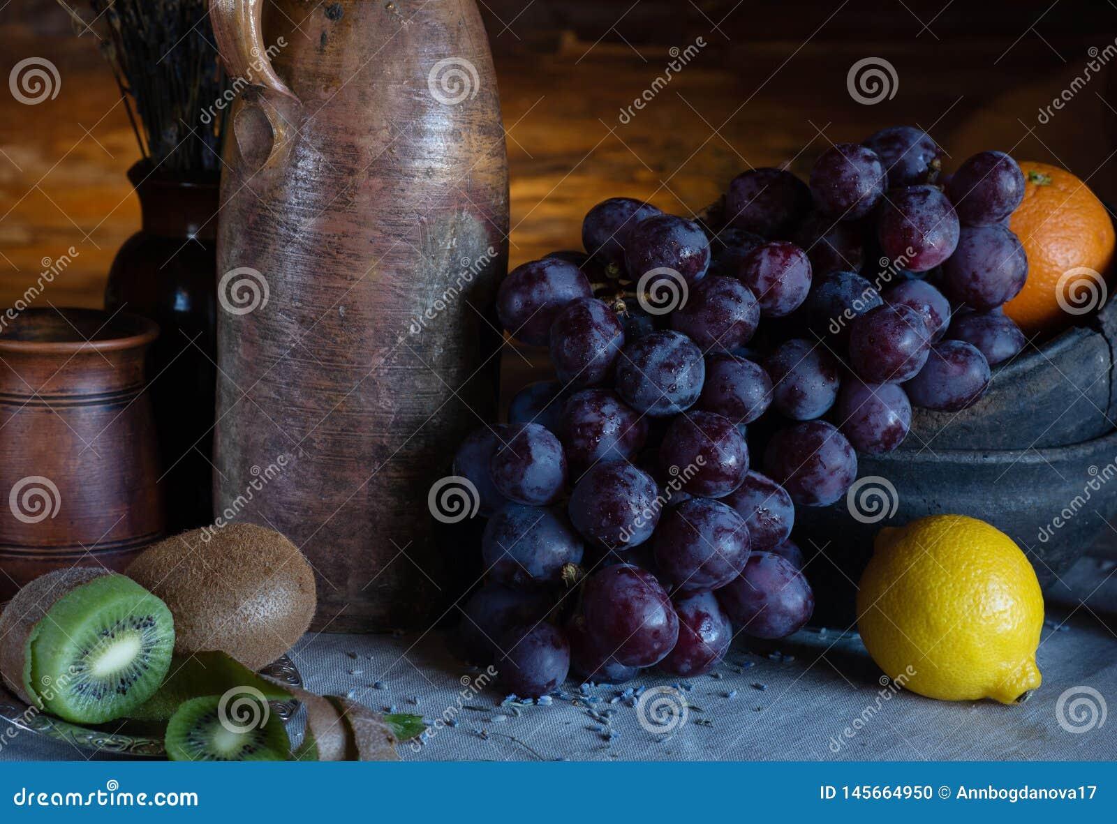 Ακόμα ζωή σε ένα αγροτικό ύφος κεραμικά πιάτα και φρούτα