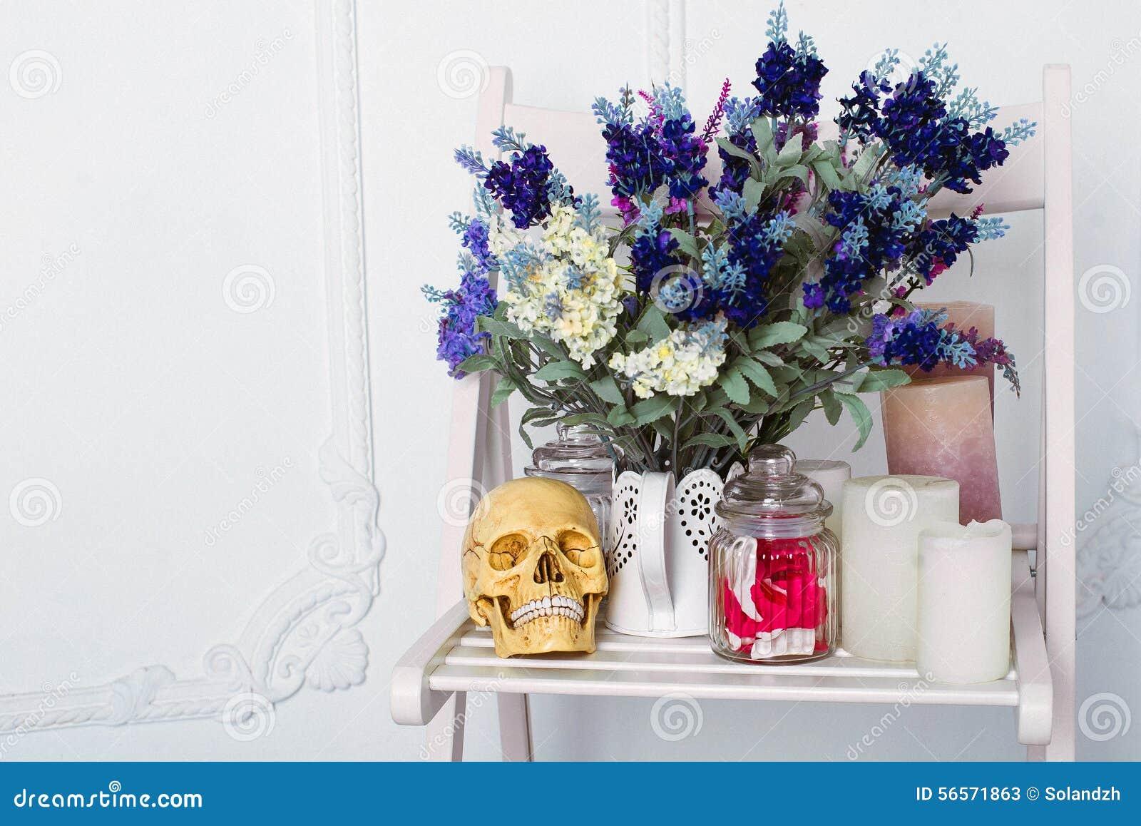 Download Ακόμα η ζωή Lavender των λουλουδιών σε ένα πότισμα μπορεί με τα κεριά και Sculp σε μια άσπρη καρέκλα Στοκ Εικόνα - εικόνα από βάζο, ανατομίας: 56571863