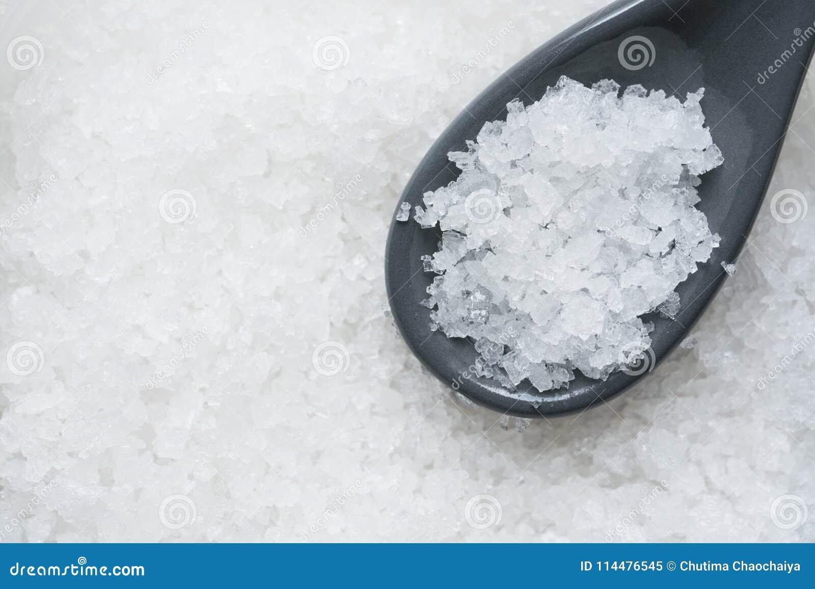 Αλάτι θάλασσας κρυστάλλου για το συστατικό τροφίμων σε ένα κουτάλι