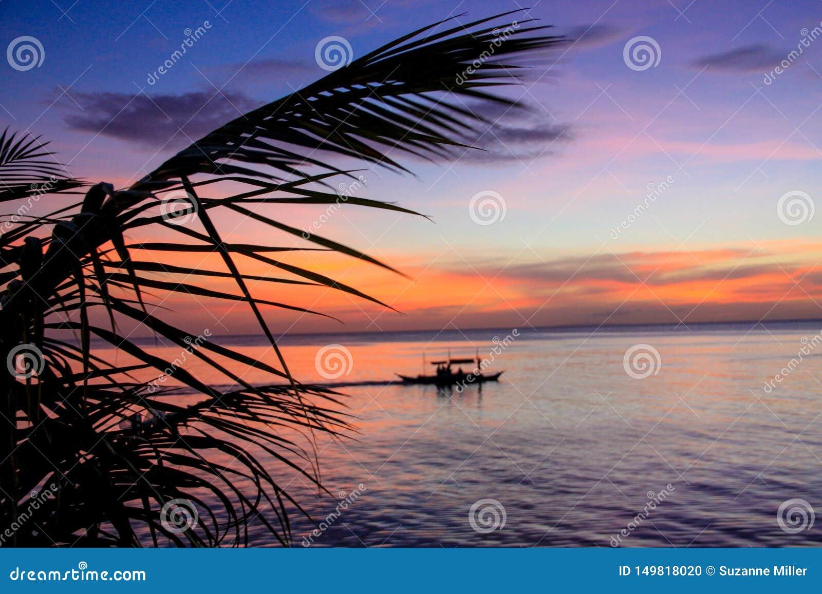 Αλιευτικό σκάφος στο ηλιοβασίλεμα