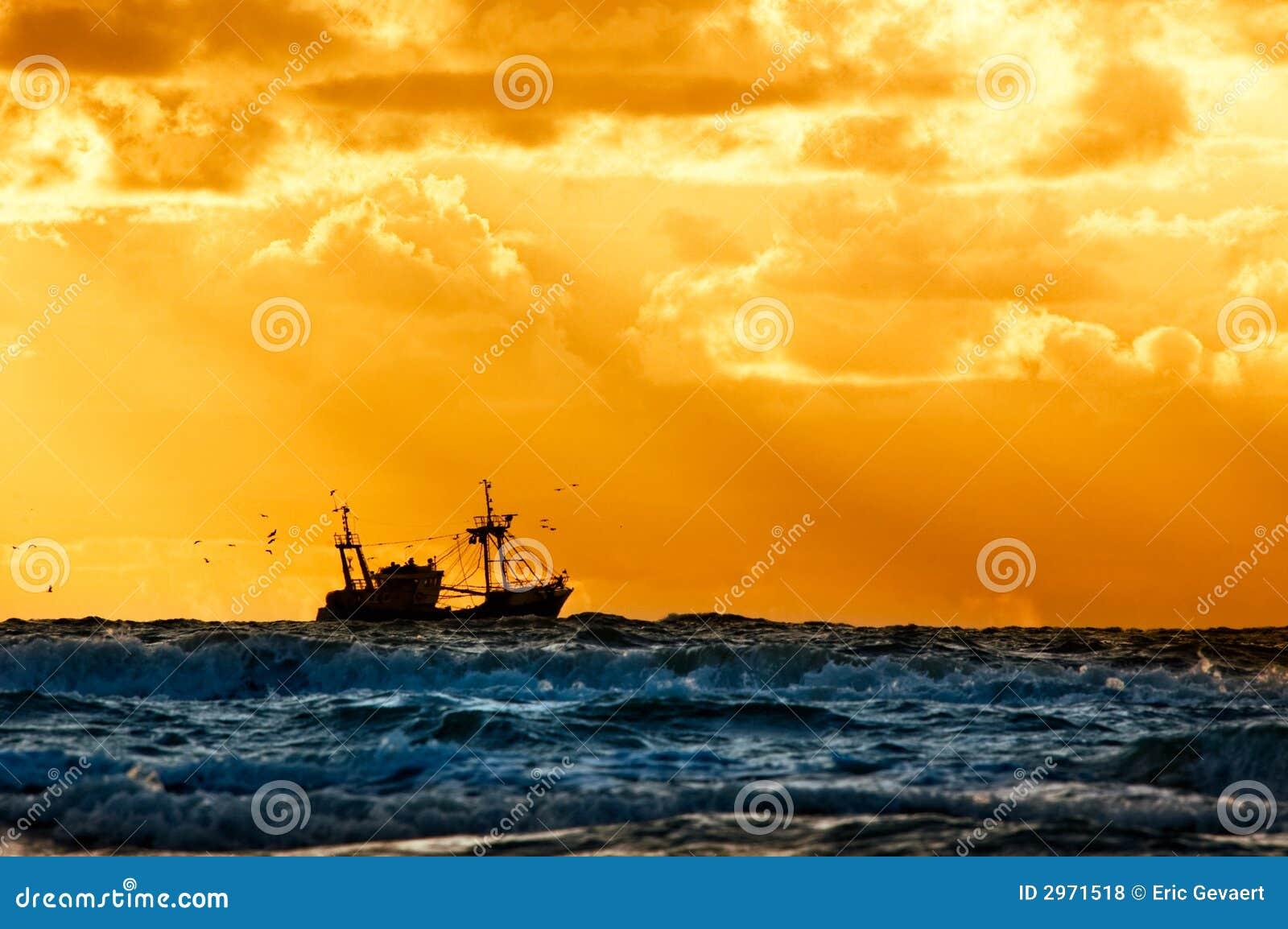 αλιεύοντας σκάφος θάλασσας