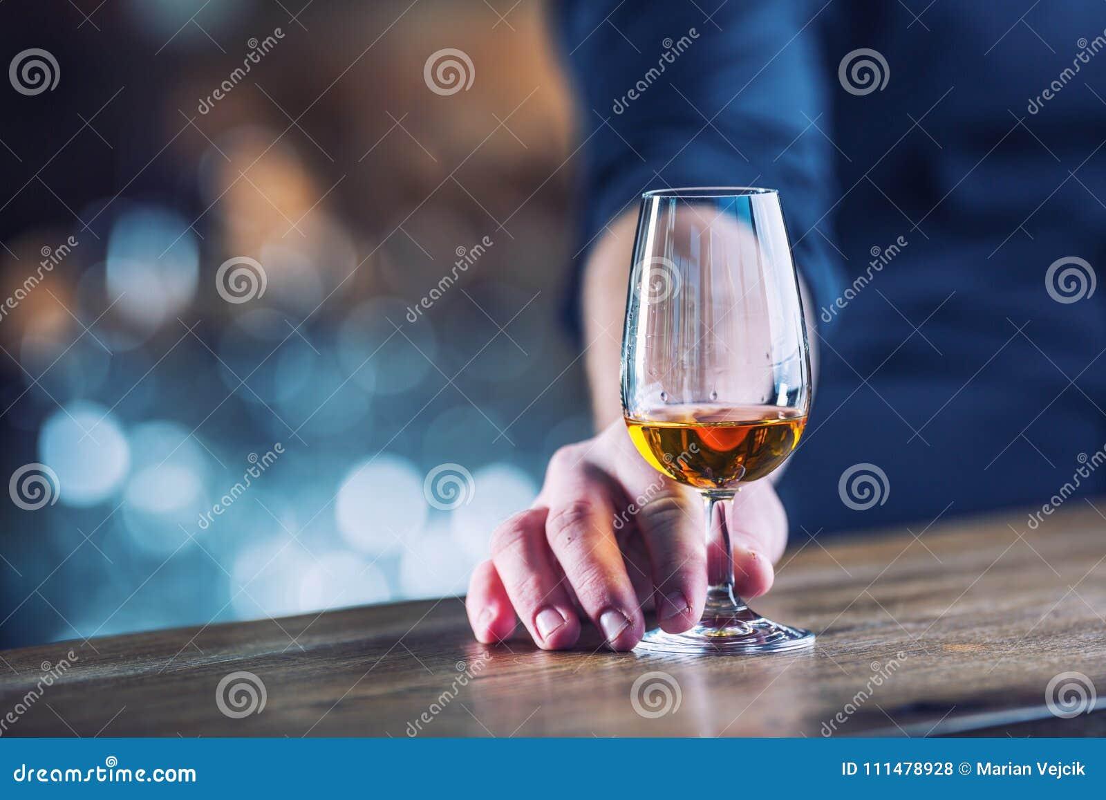 αλκοόλης Το χέρι οινοπνευματώδες ή ο μπάρμαν και πίνει το BR αποστάγματος
