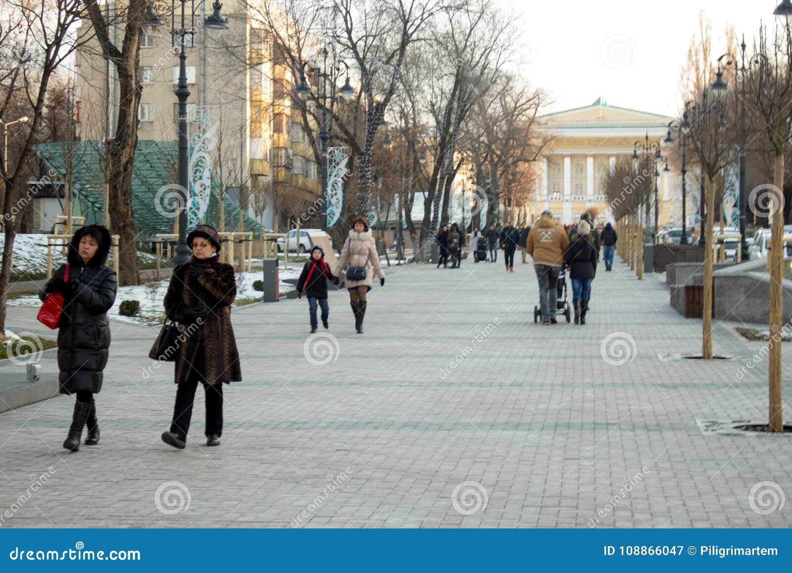 Αλμάτι, Καζακστάν, Αλμάτι Στις αρχές χειμώνα, περίπατος ανθρώπων περαστικοί