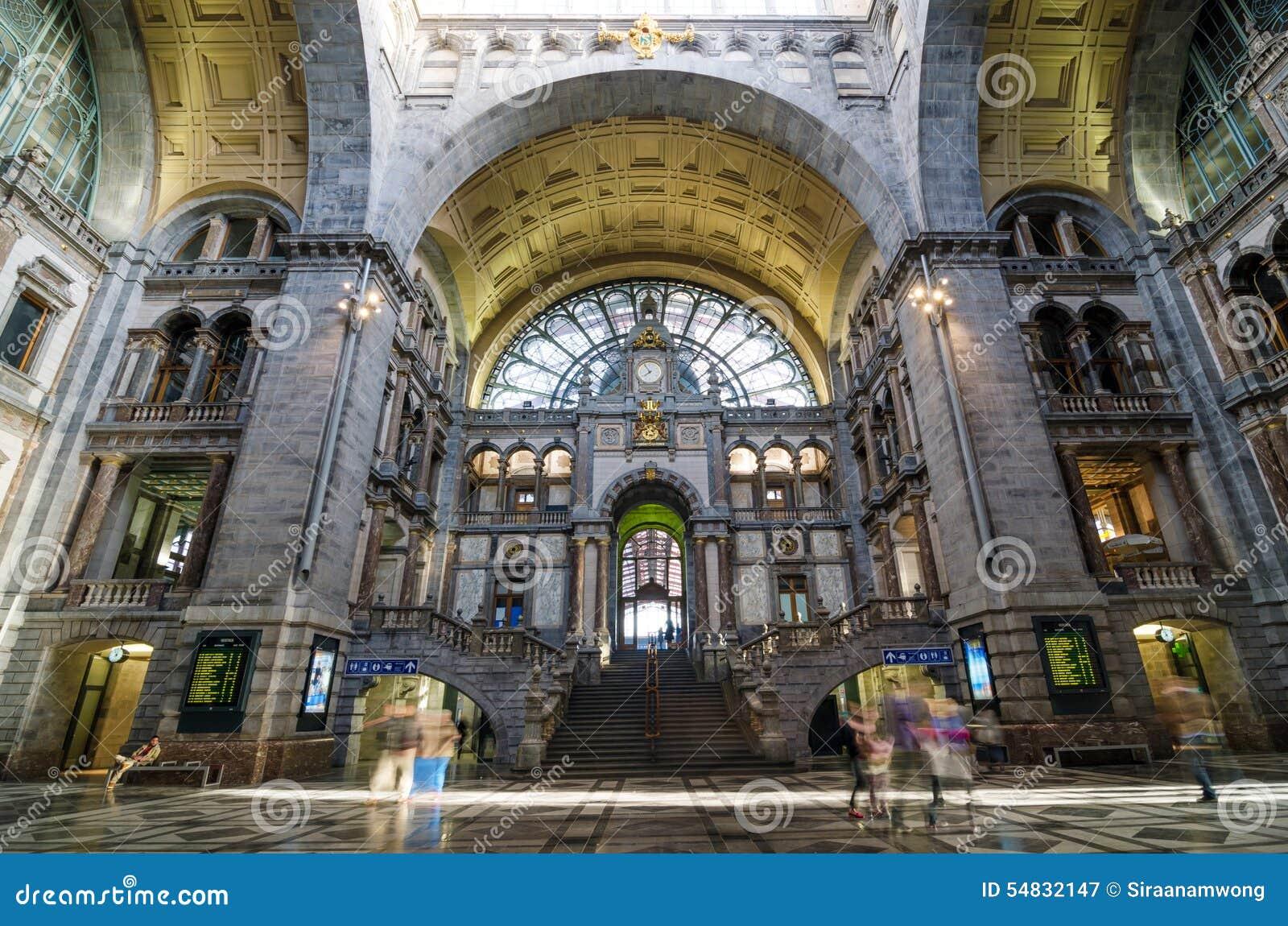 Αμβέρσα, Βέλγιο - 11 Μαΐου 2015: Άνθρωποι στην αίθουσα εισόδων του κεντρικού σταθμού της Αμβέρσας