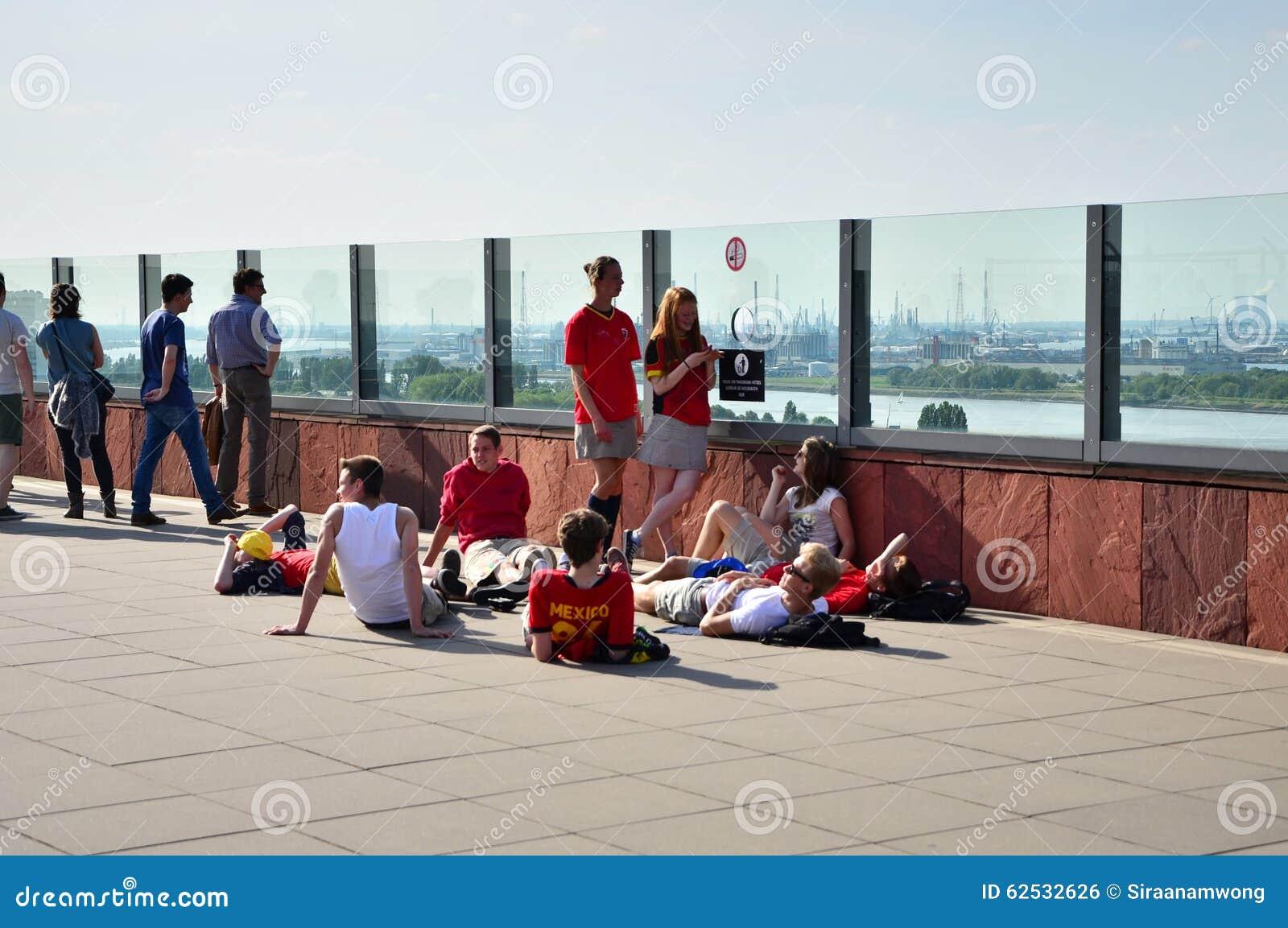 Αμβέρσα, Βέλγιο - 10 Μαΐου 2015: Οι άνθρωποι επισκέπτονται τη στέγη του μουσείου aan de Stroom