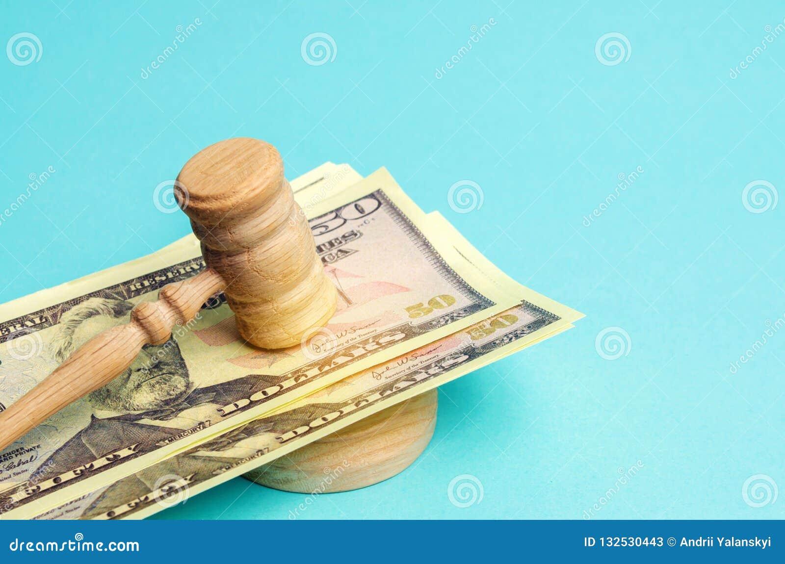 Αμερικανικά δολάρια και σφυρί του δικαστή/gavel Η έννοια της δωροδοκίας στο κράτος και την κυβέρνηση δικαστήριο Πτώχευση, δωροδοκ