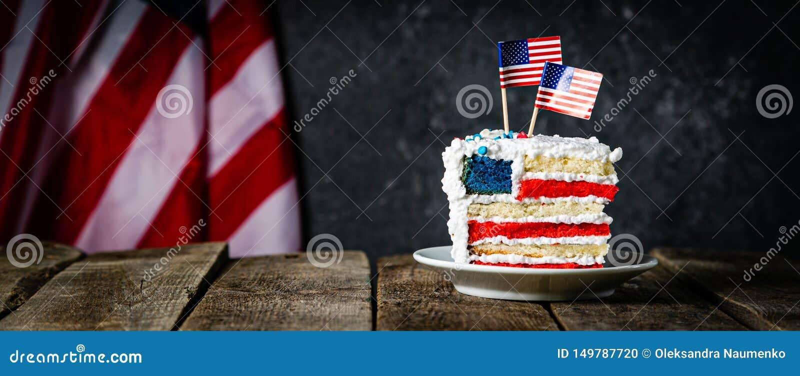 Αμερικανική έννοια εθνικών εορτών - 4η της ημέρα μνήμηςης Ιουλίου, ημέρα εργασίας Βαλμένο σε στρώσεις spounge κέικ στα χρώματα ΑΜ
