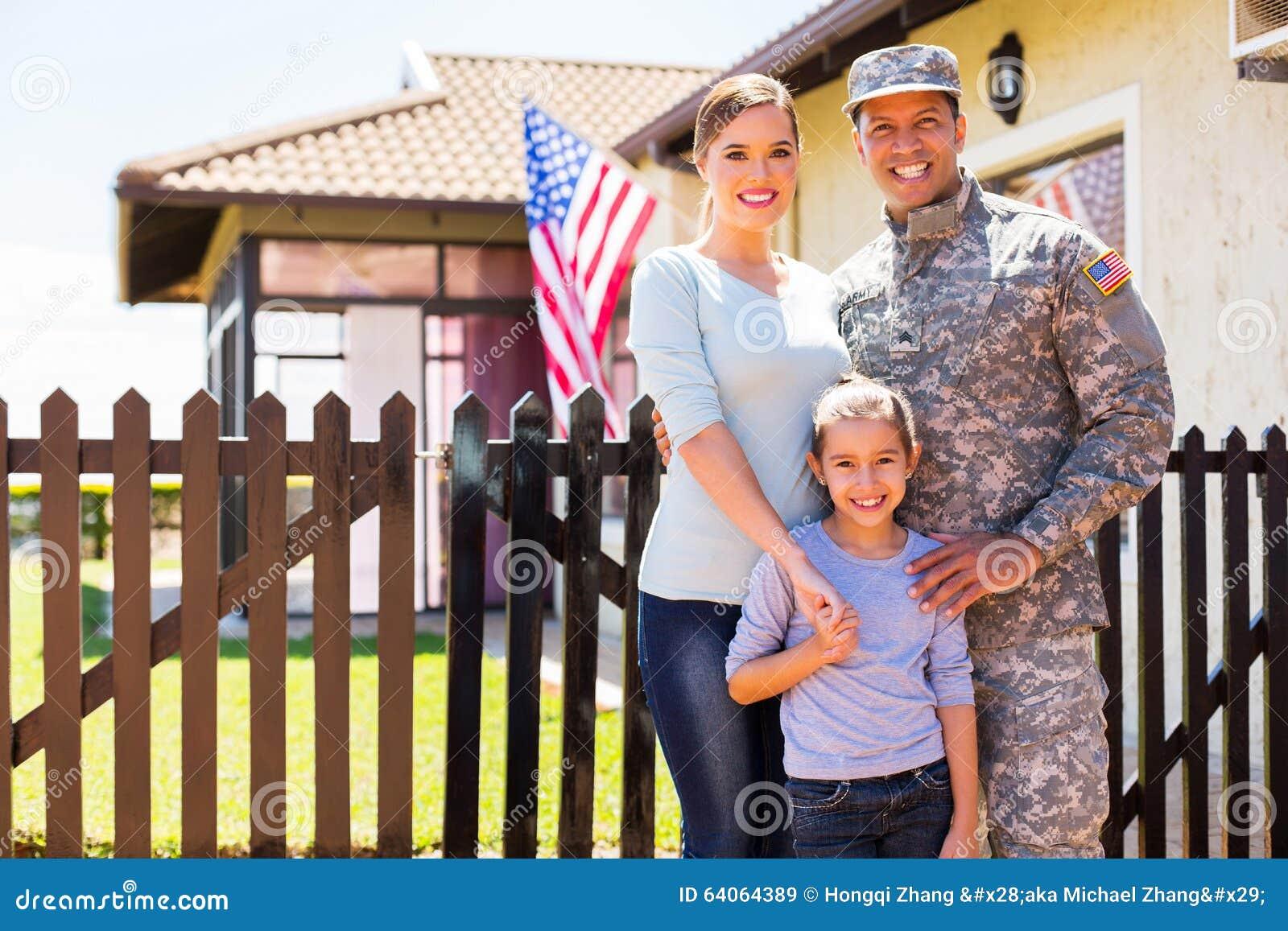 Αμερικανική επανασυνδεμένη στρατιώτης οικογένεια