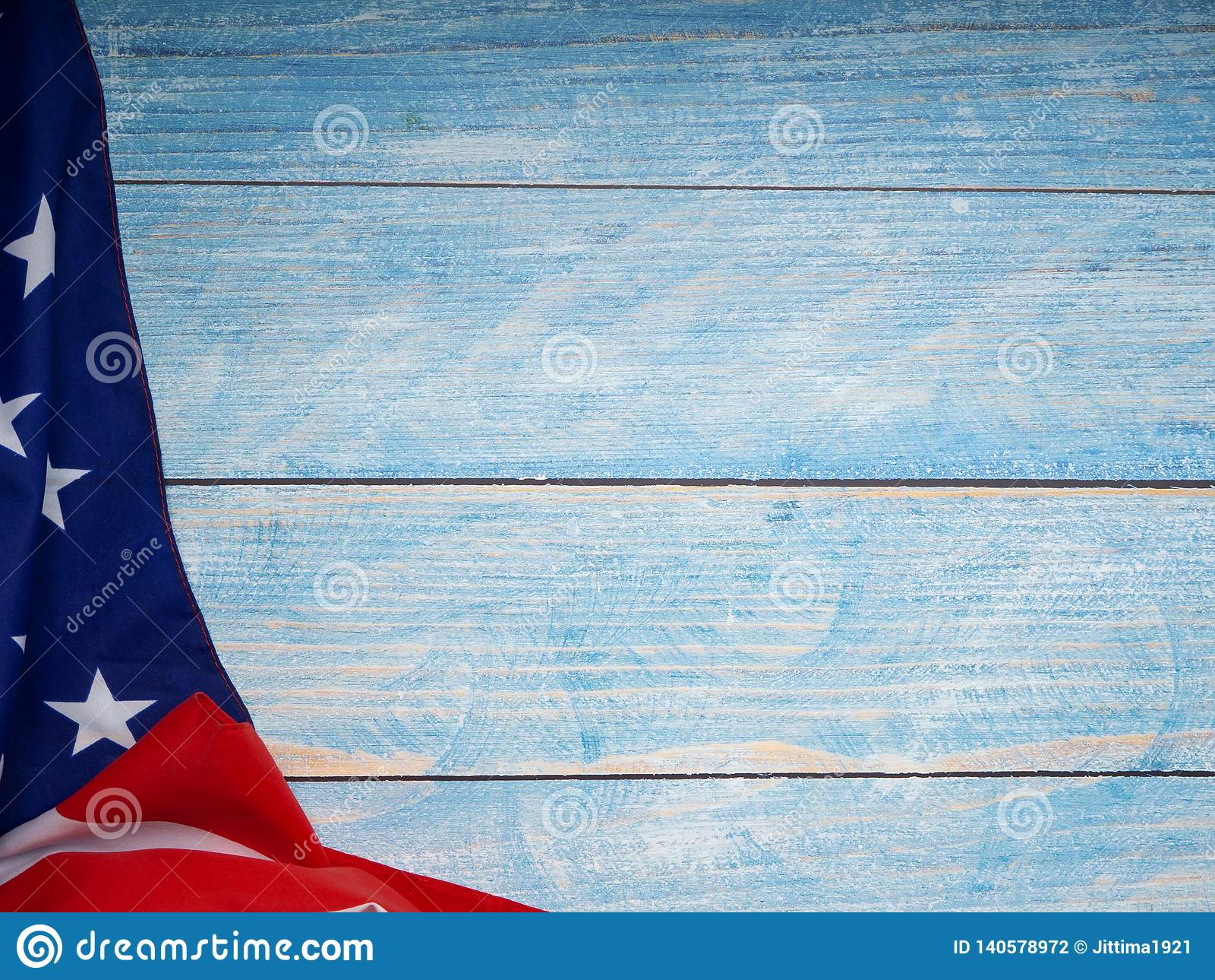 Αμερικανική σημαία μπλε σε ξύλινο