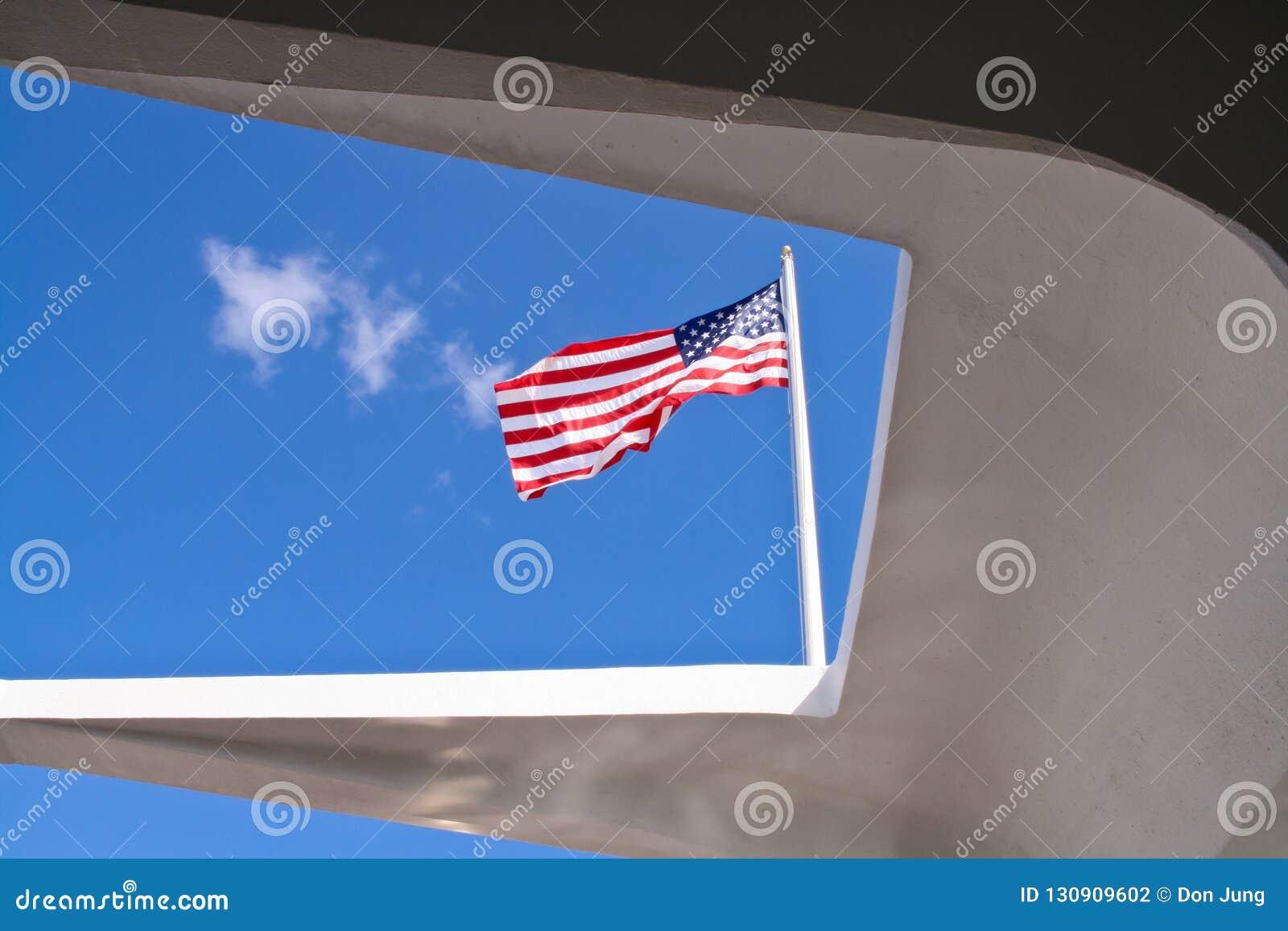 Αμερικανική σημαία που αντιμετωπίζεται από το μνημείο USS Αριζόνα