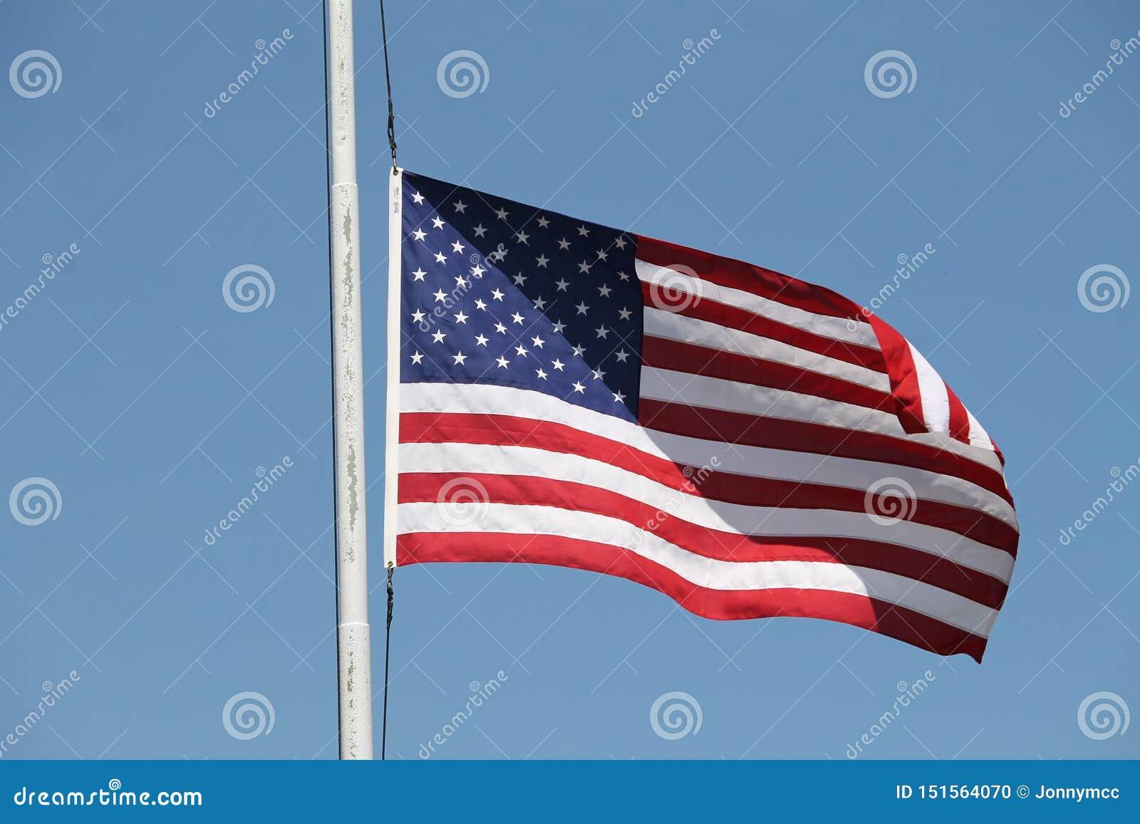 Αμερικανική σημαία που κυματίζει στον αέρα
