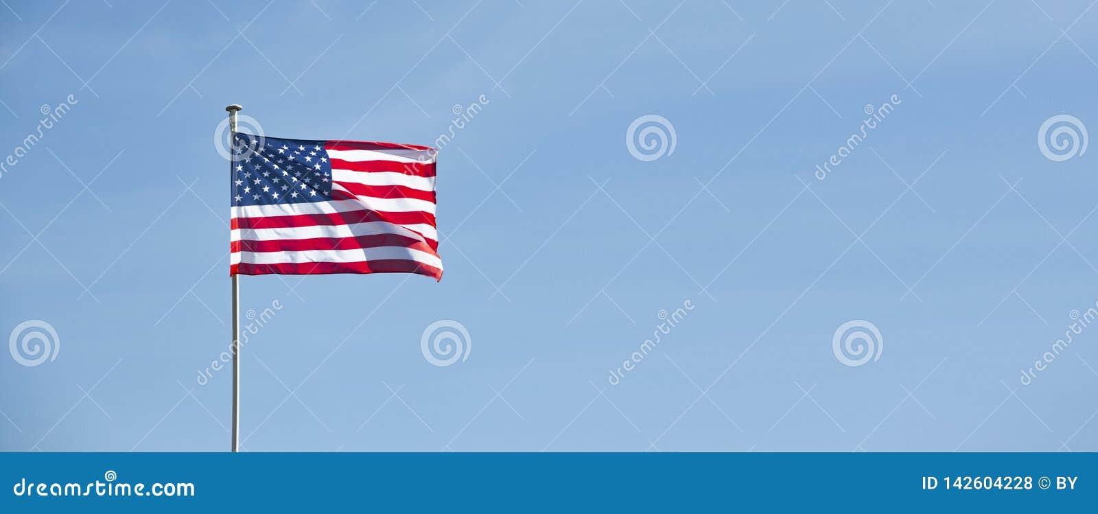 Αμερικανική σημαία στο μπλε ουρανό