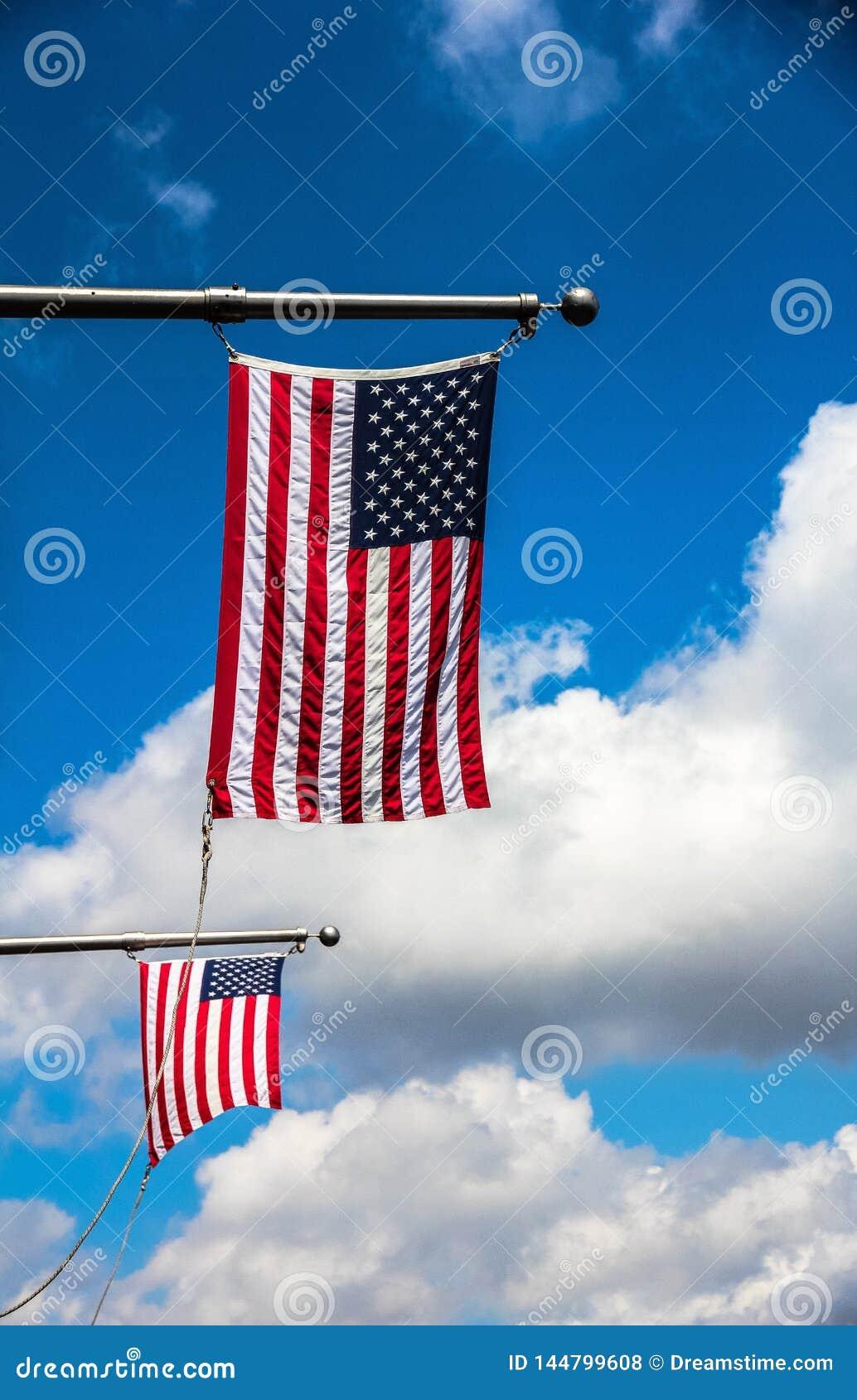 ΑΜΕΡΙΚΑΝΙΚΕΣ σημαίες στον άσπρο πόλο, Αμερική, Νέα Υόρκη, στις 7 Απριλί