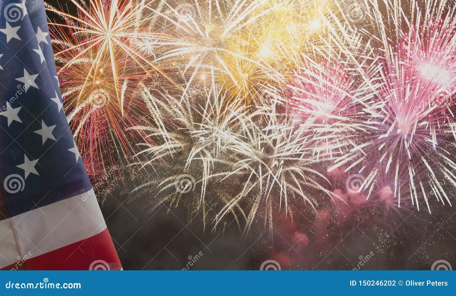 ΑΜΕΡΙΚΑΝΙΚΗ αμερικανική σημαία με τα πυροτεχνήματα