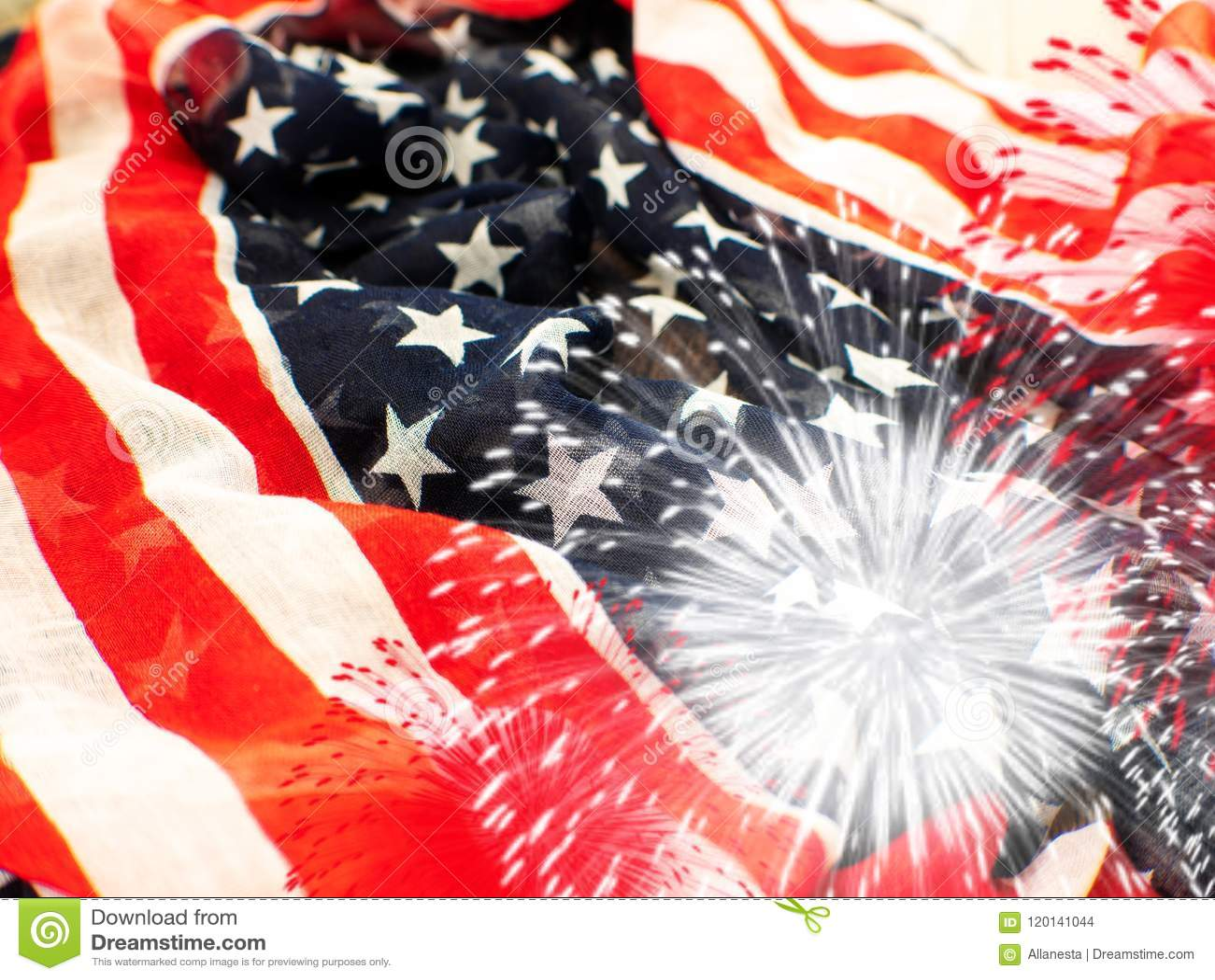 ΑΜΕΡΙΚΑΝΙΚΗ σημαία με τα πυροτεχνήματα στο άσπρο υπόβαθρο