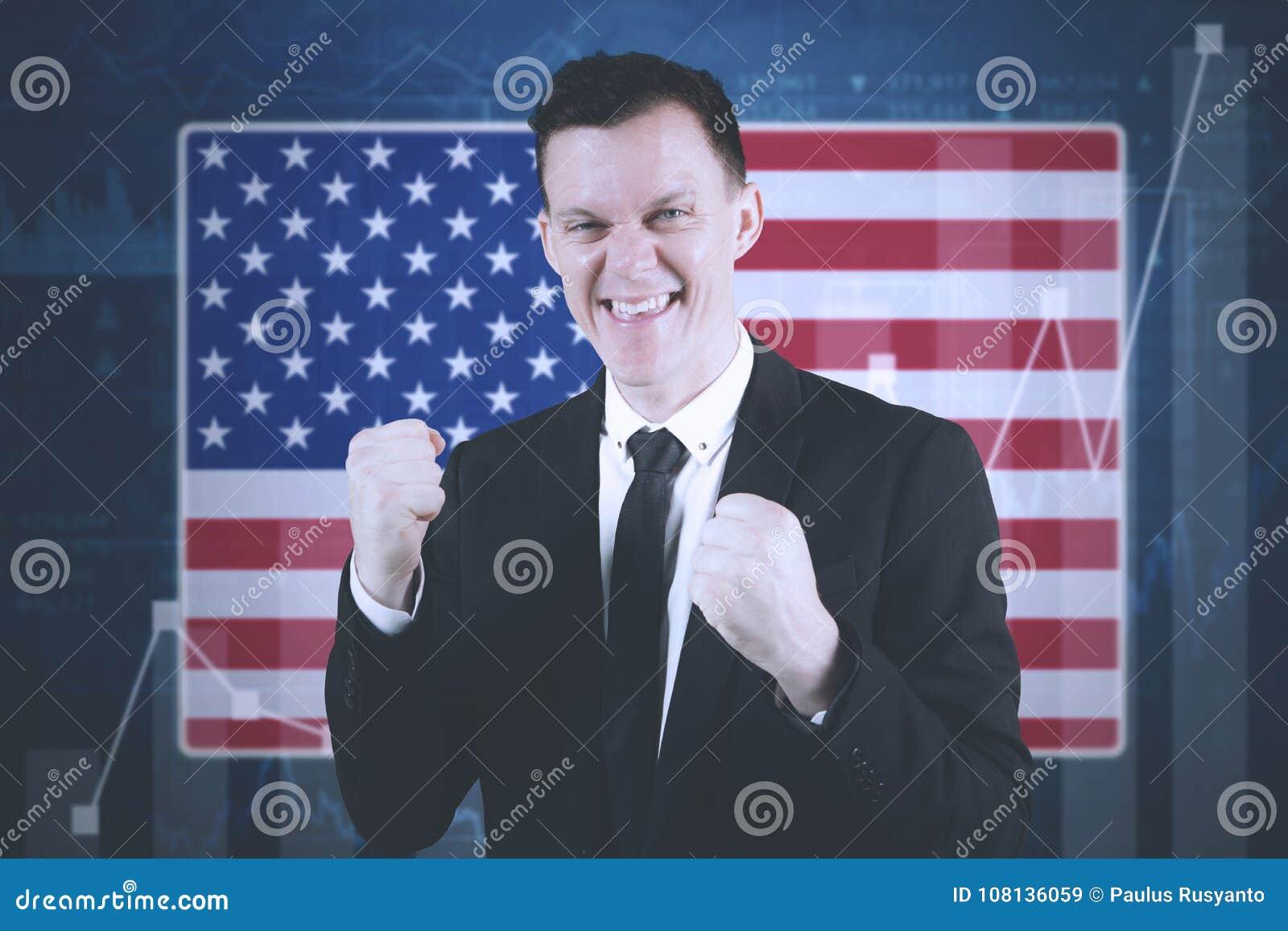 Αμερικανικός επιχειρηματίας με την οικονομική γραφική παράσταση αύξησης