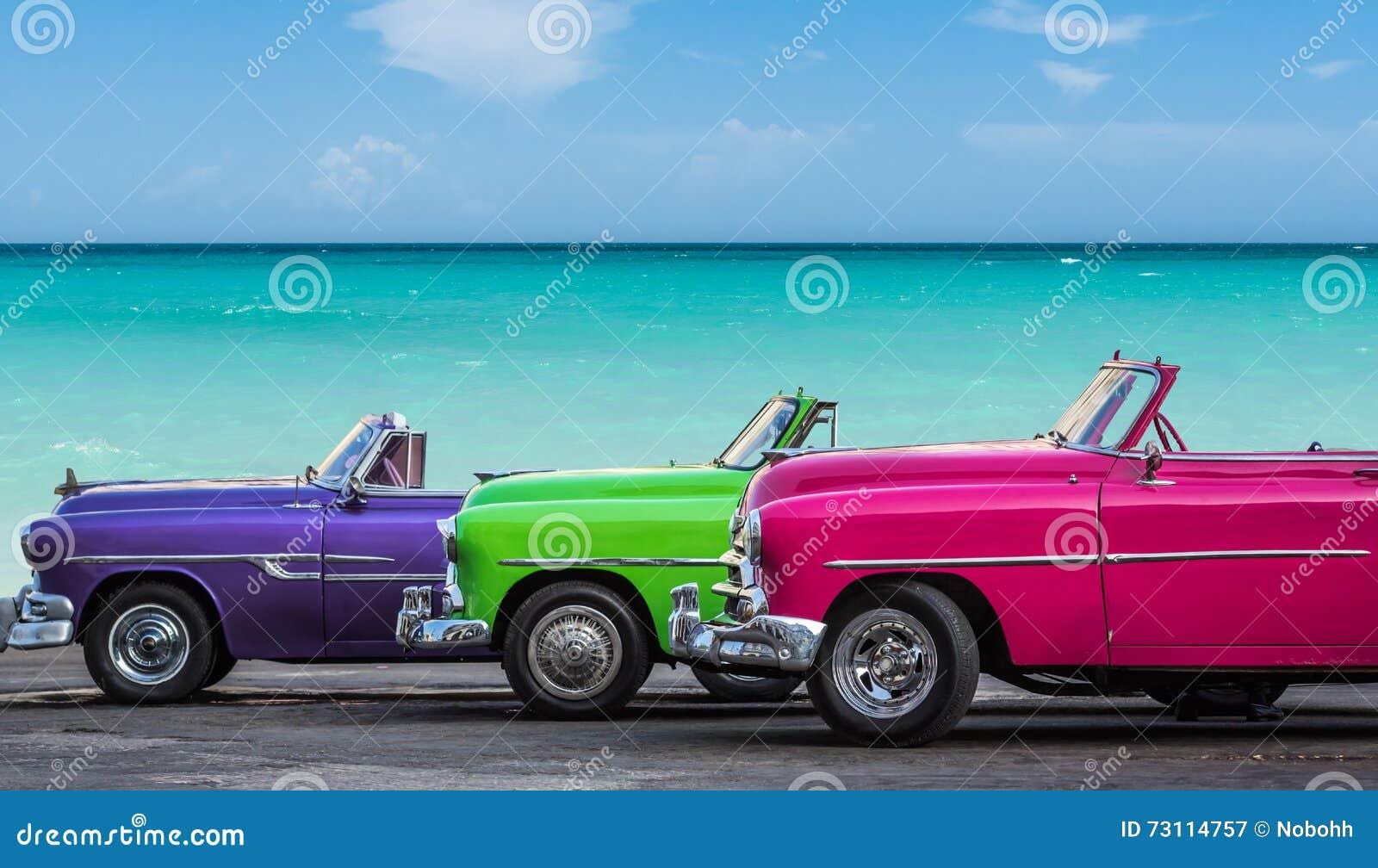 Αμερικανικό κλασικό αυτοκίνητο καμπριολέ τρία που σταθμεύουν στην παραλία στο ρεπορτάζ Varadero - Serie Kuba 2016