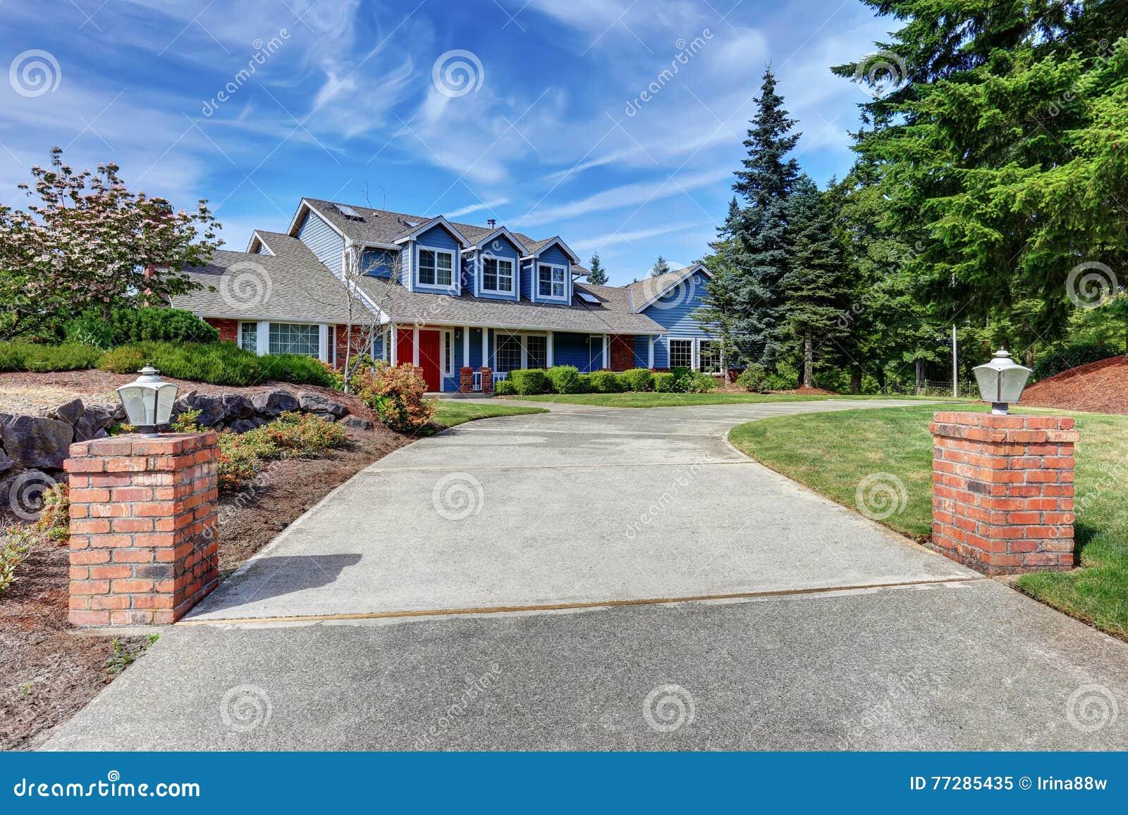 Αμερικανικό σπίτι εξωτερικό με την μπλε και άσπρη περιποίηση Επίσης κόκκινη μπροστινή πόρτα