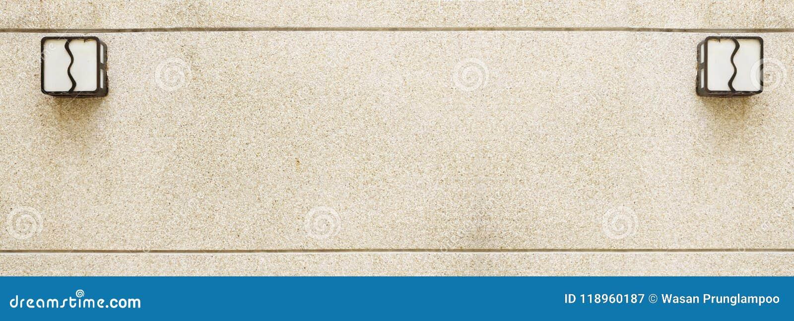 Αμμοχάλικο στον τοίχο με το λαμπτήρα