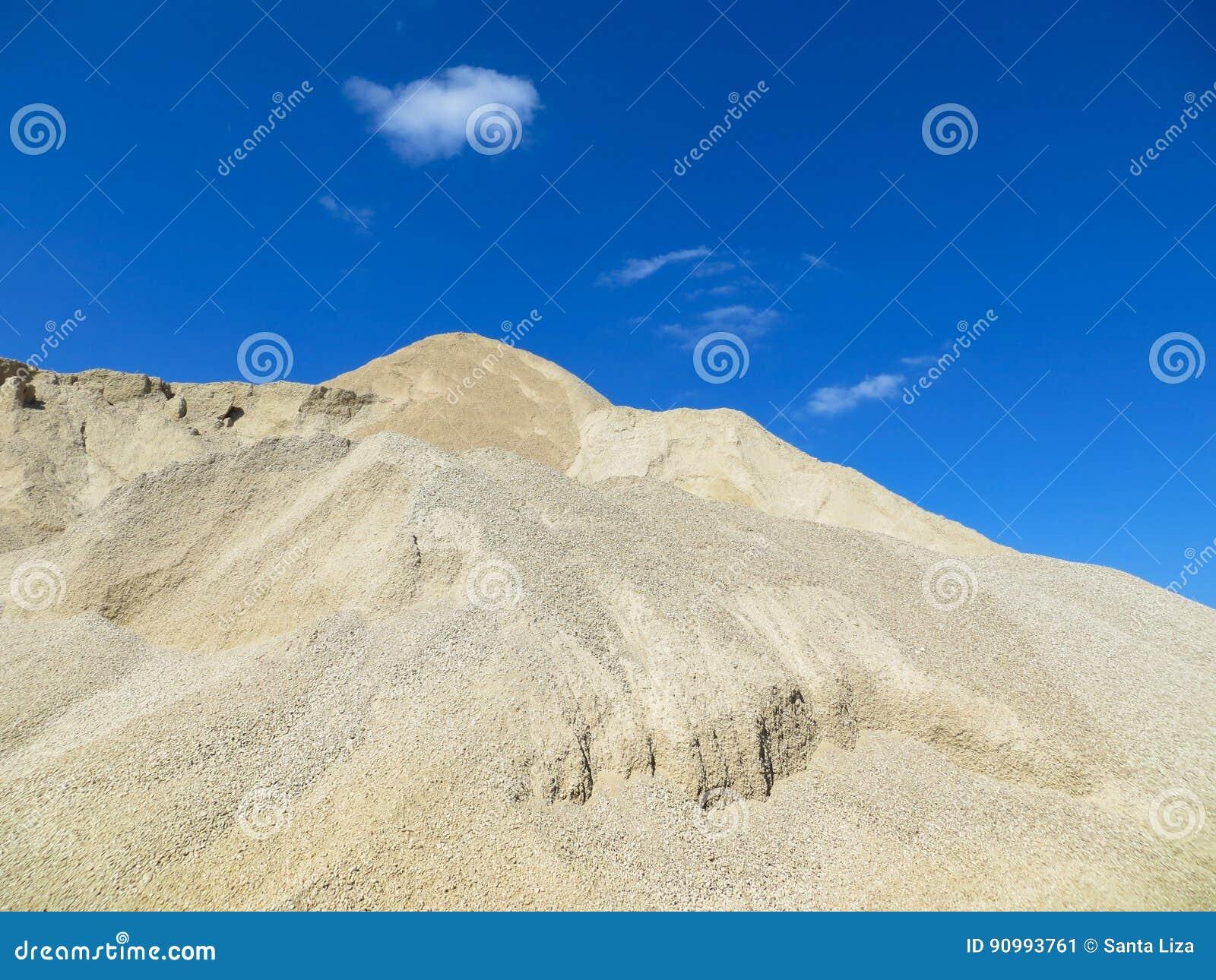 Αμμοχάλικο προς το μπλε ουρανό