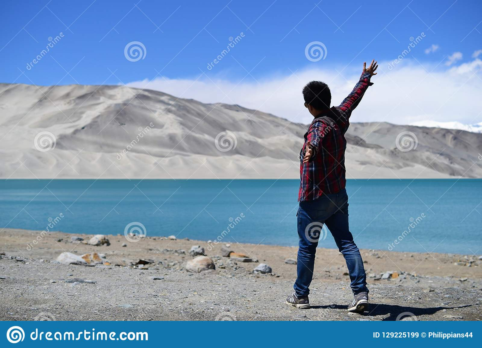 Αμμόλοφοι άμμου και τυρκουάζ μπλε νερό στη λίμνη Bulunkou στην εθνική οδό Karakoram, Xinjiang