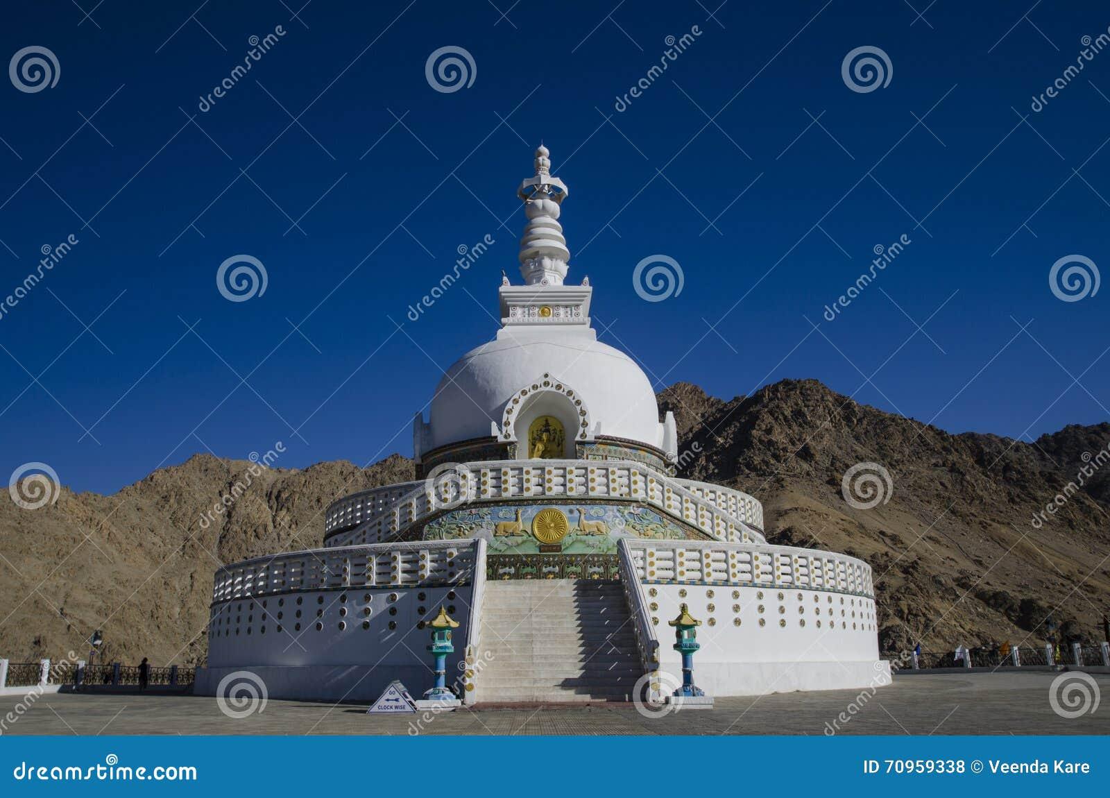 λαμπρά βουδιστικό διακοσμημένο της Ινδίας ladakh leh λευκό stupa shanti μνημείων χρωματισμένο τοιχογραφίες