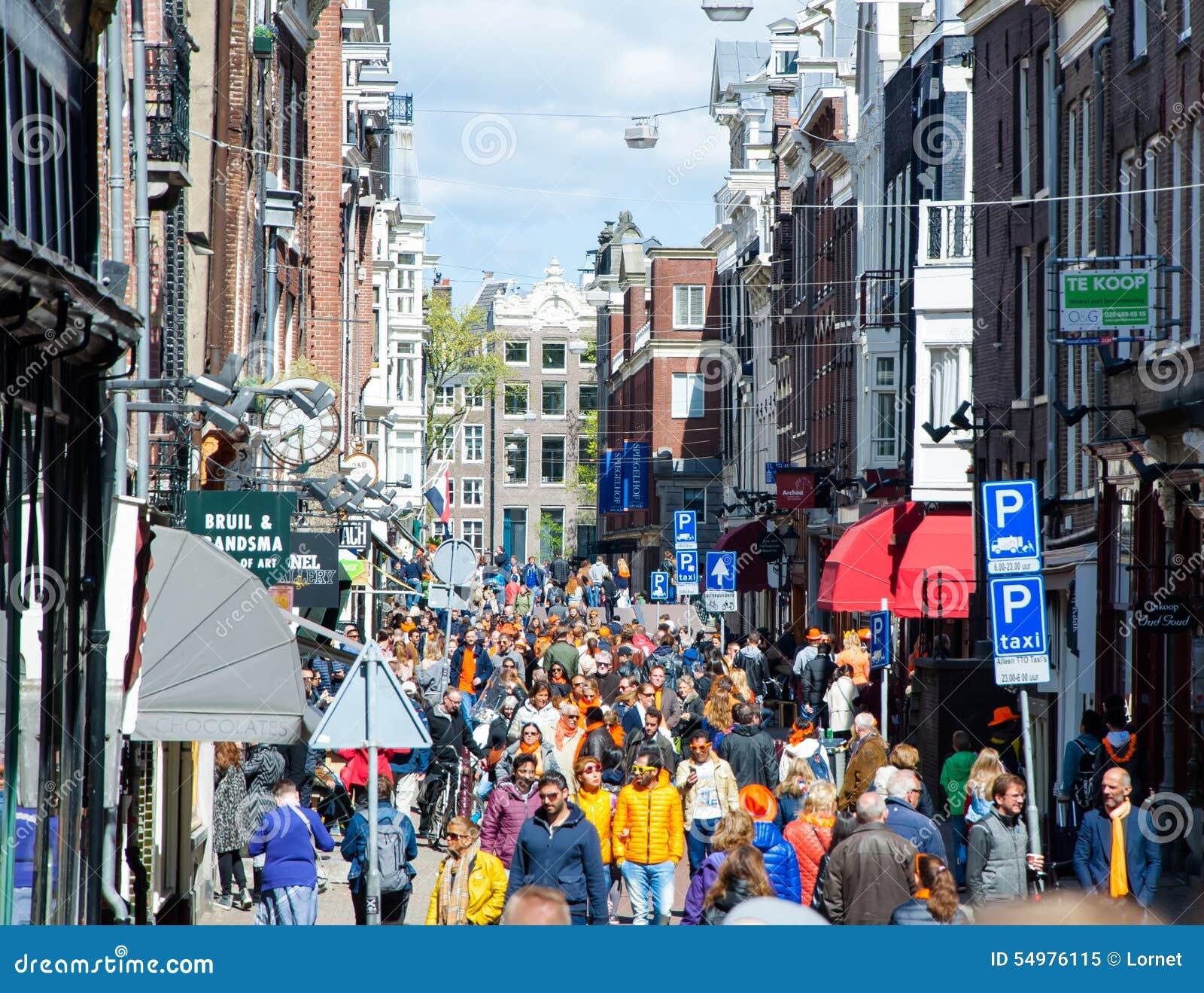 ΑΜΣΤΕΡΝΤΑΜ 27 ΑΠΡΙΛΊΟΥ: Οι άνθρωποι στο δρόμο με έντονη κίνηση του Άμστερνταμ γιορτάζουν την ημέρα τον Απρίλιο 27.2015, οι Κάτω Χ