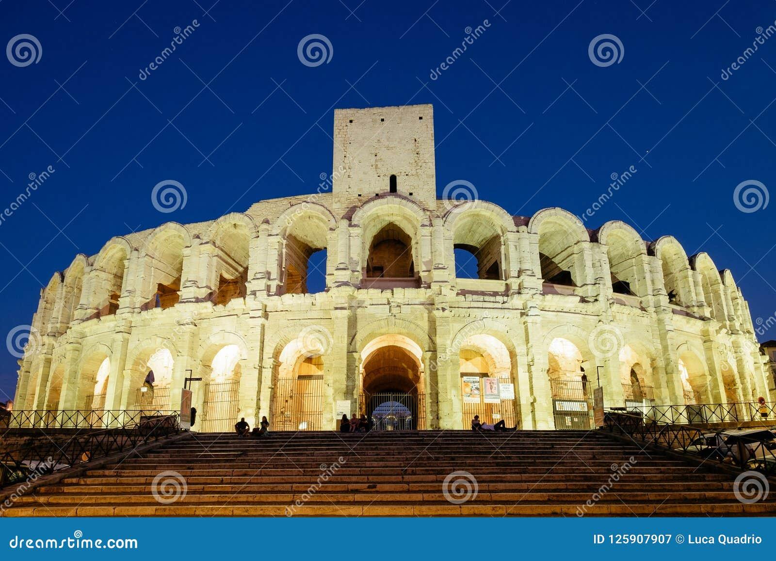 Αμφιθέατρο Arles τη νύχτα