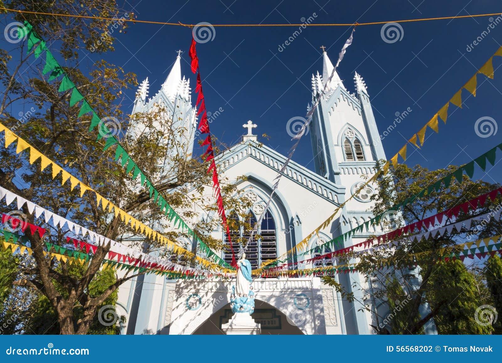 Download Αμόλυντος καθεδρικός ναός σύλληψης κατά τη διάρκεια του χρόνου Chritmas Στοκ Εικόνες - εικόνα από σταυρός, μακριά: 56568202