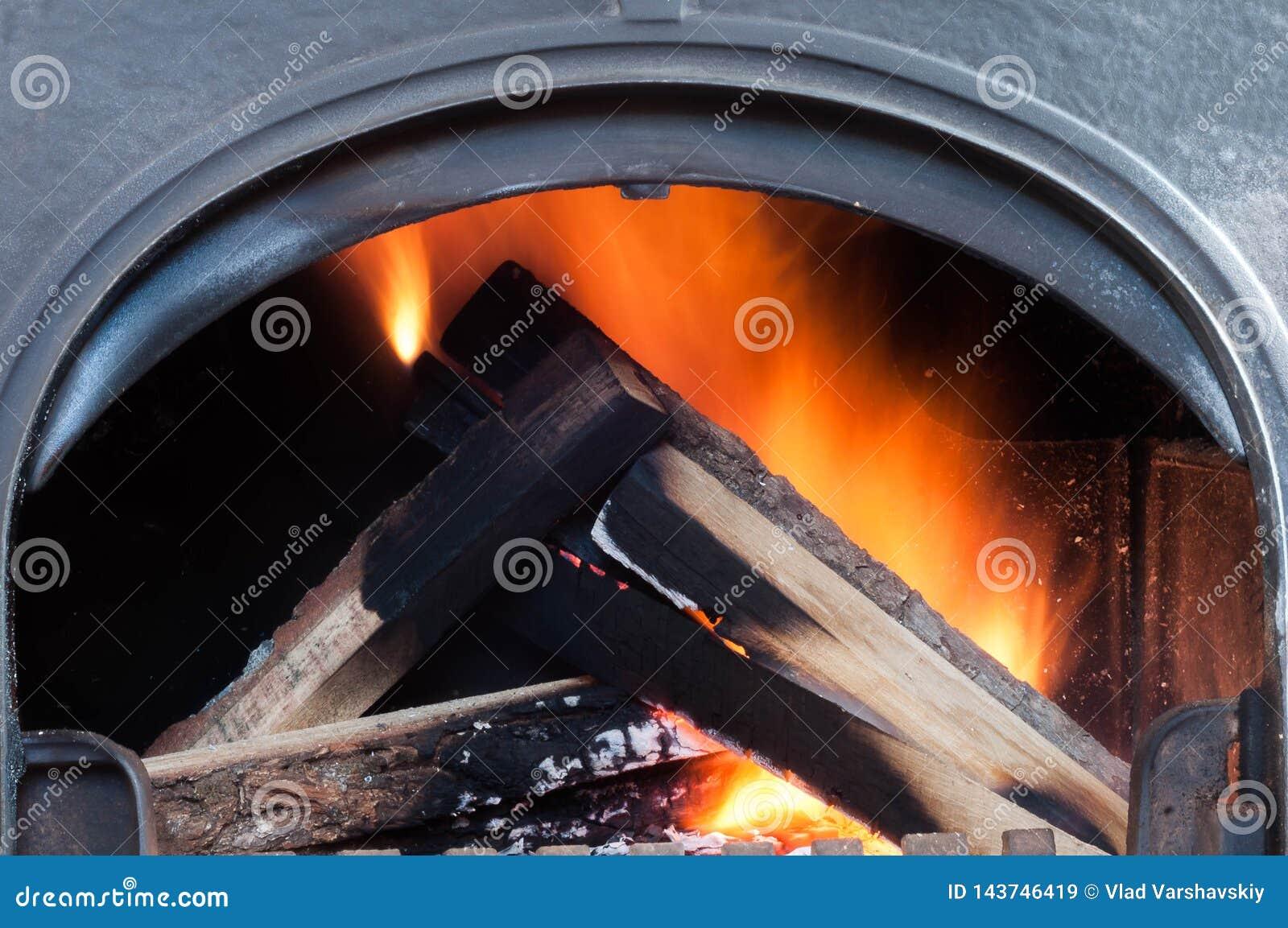 Ανάβοντας έγγραφο εγχώριου ψησίματος για να θερμάνει την εγχώρια θέρμανση το χειμώνα και την άνοιξη αυτόνομα σε ένα ιδιωτικό σπίτ