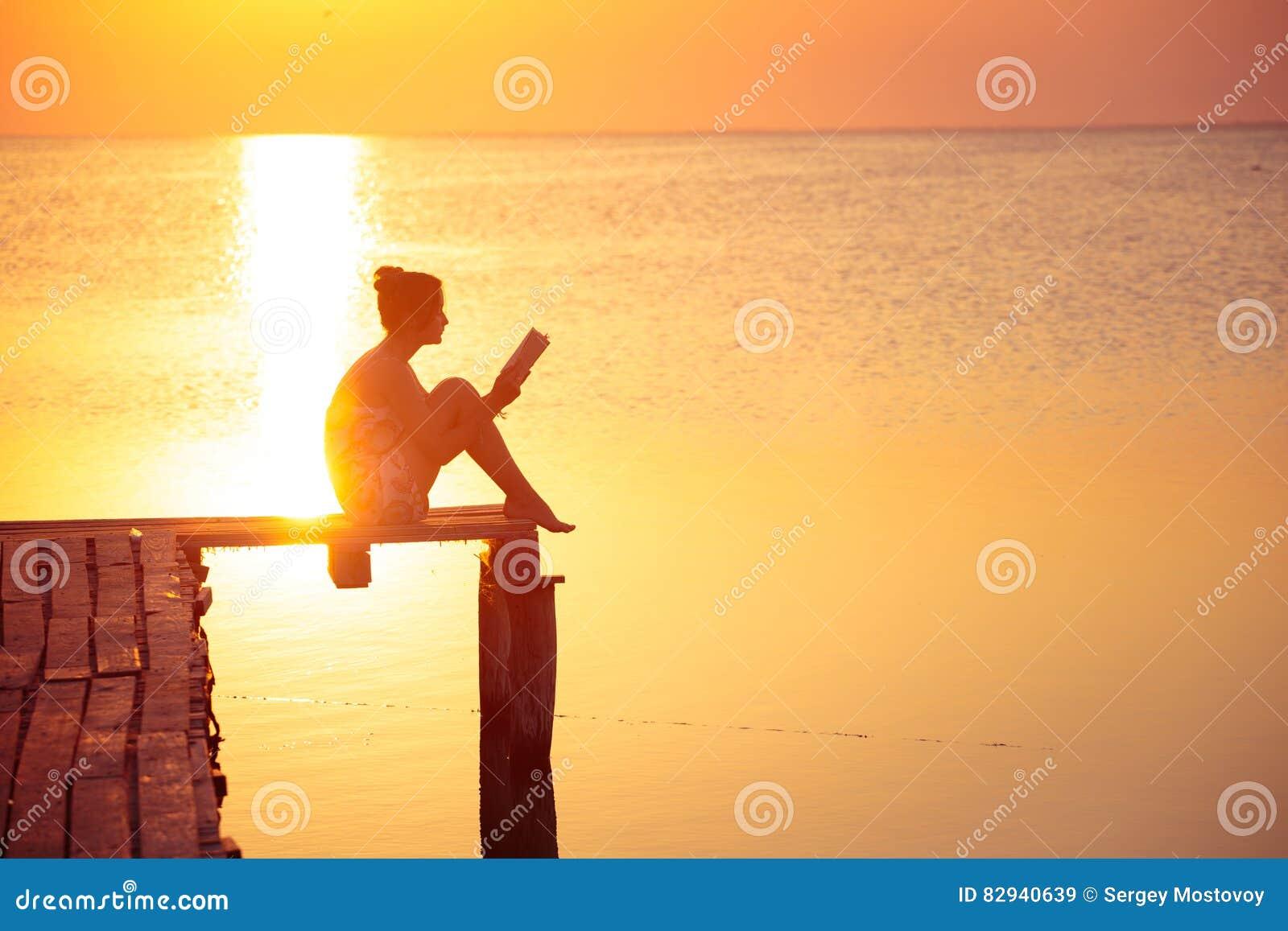Ανάγνωση κοριτσιών στο χρόνο ηλιοβασιλέματος