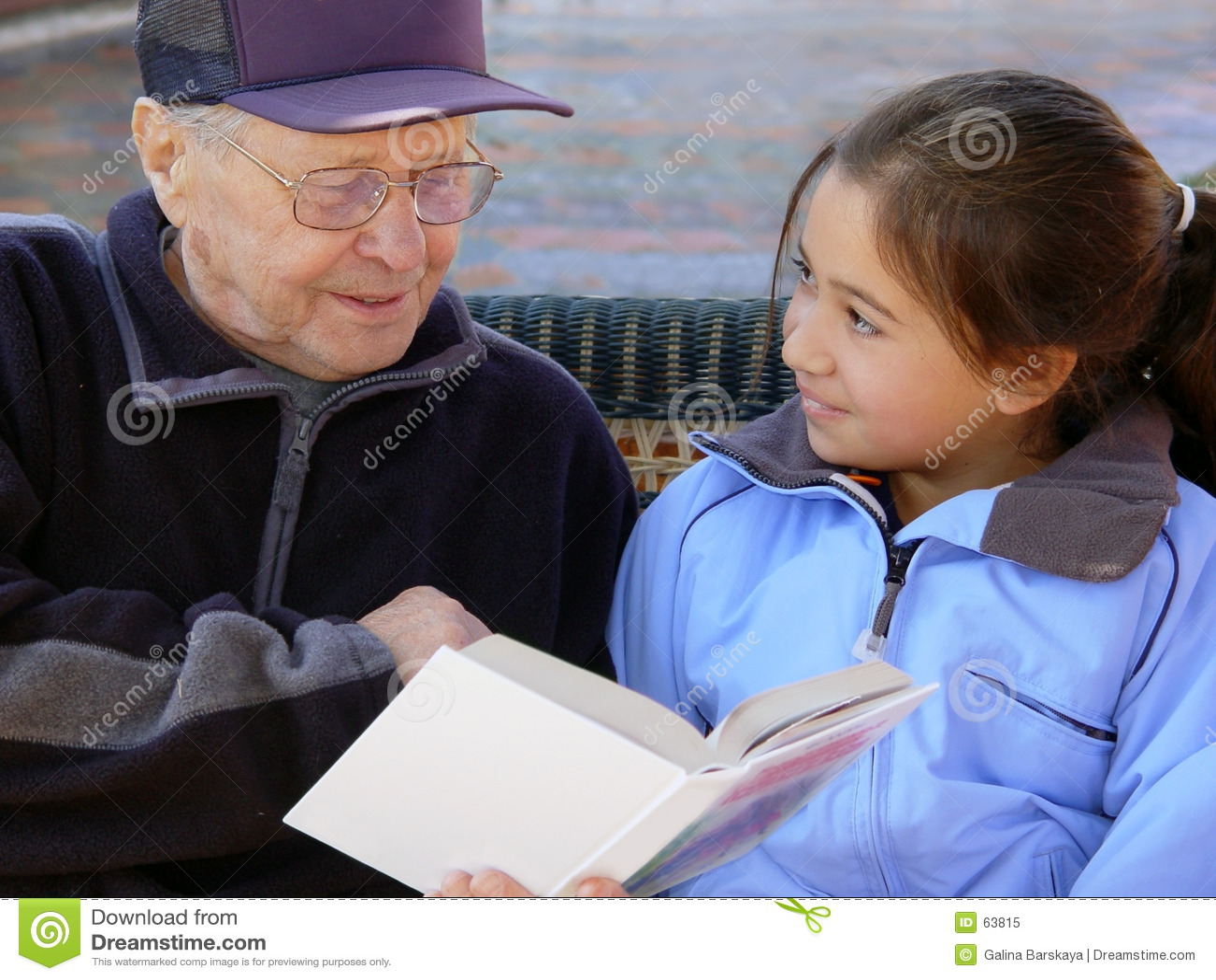 Download ανάγνωση παππούδων στοκ εικόνα. εικόνα από εργασία, κορίτσι - 63815