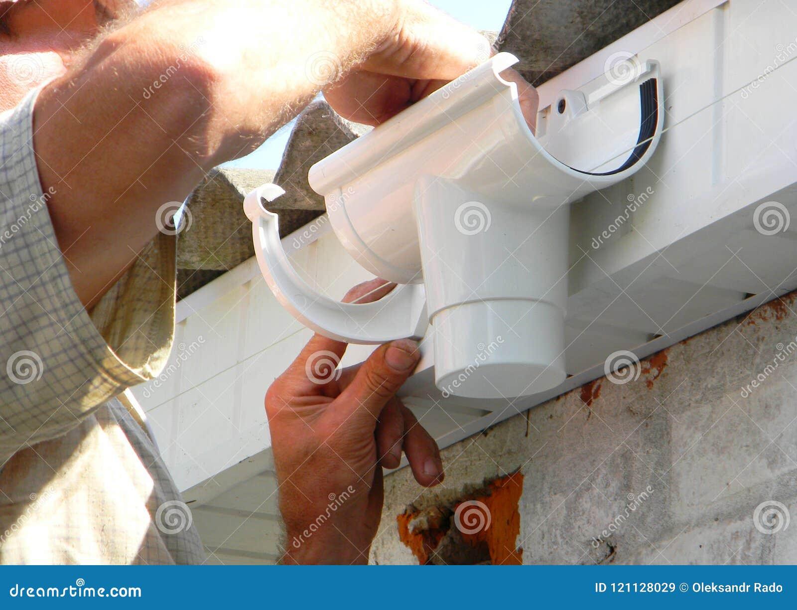Ανάδοχος που εγκαθιστά τον πλαστικό κάτοχο υδρορροών στεγών για το σωλήνα αγωγών dowspout Πλαστική στέγη Guttering, βροχή Gutteri