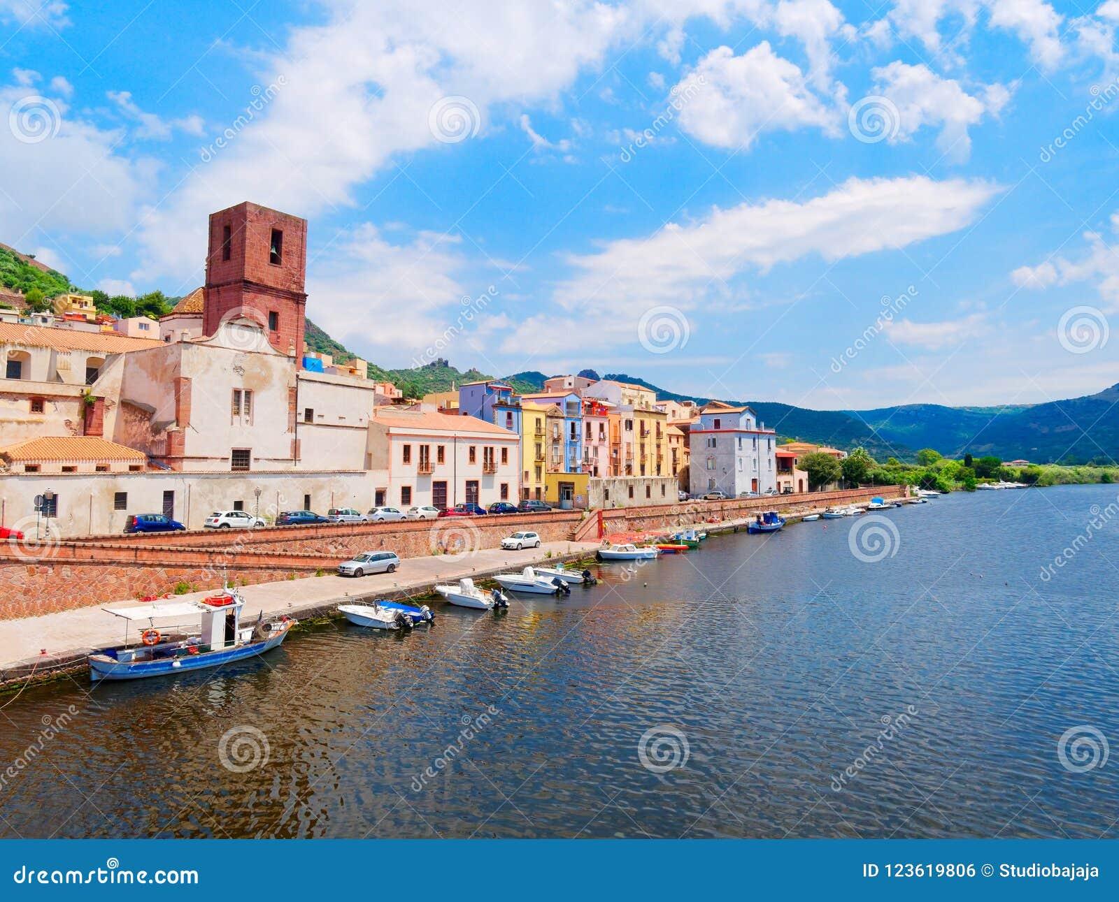 Ανάχωμα ποταμών στην πόλη Bosa με τα ζωηρόχρωμα, χαρακτηριστικά ιταλικά σπίτια επαρχία Oristano, Σαρδηνία, Ιταλία