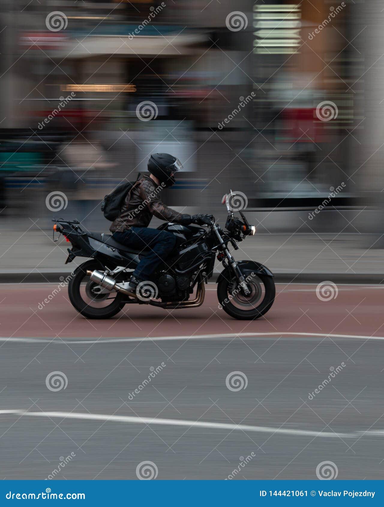 Αναβάτης σε μια μοτοσικλέτα