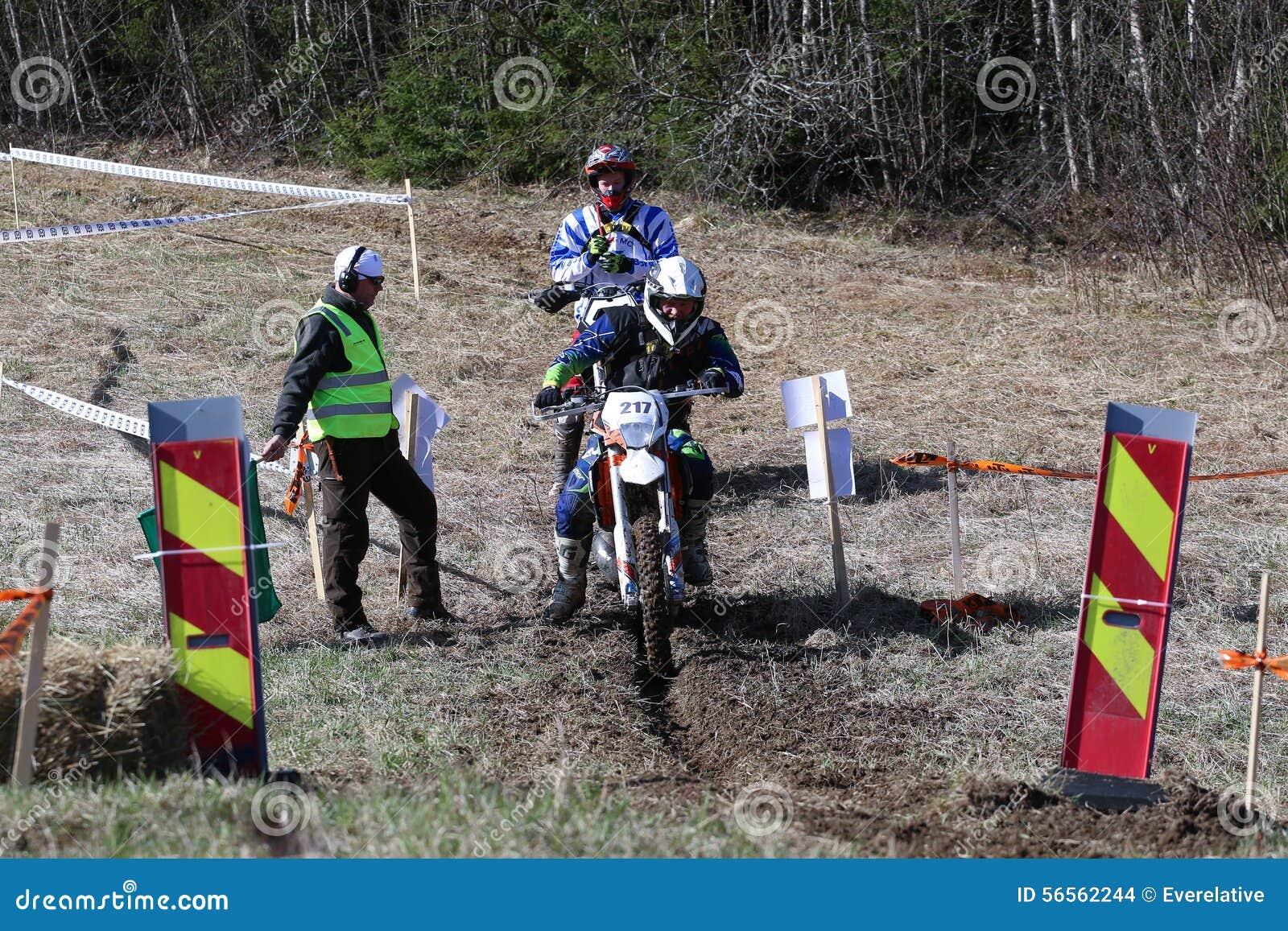 Download Αναβάτης Enduro στη μοτοσικλέτα του Εκδοτική Στοκ Εικόνα - εικόνα από μηχανή, υπαίθριος: 56562244