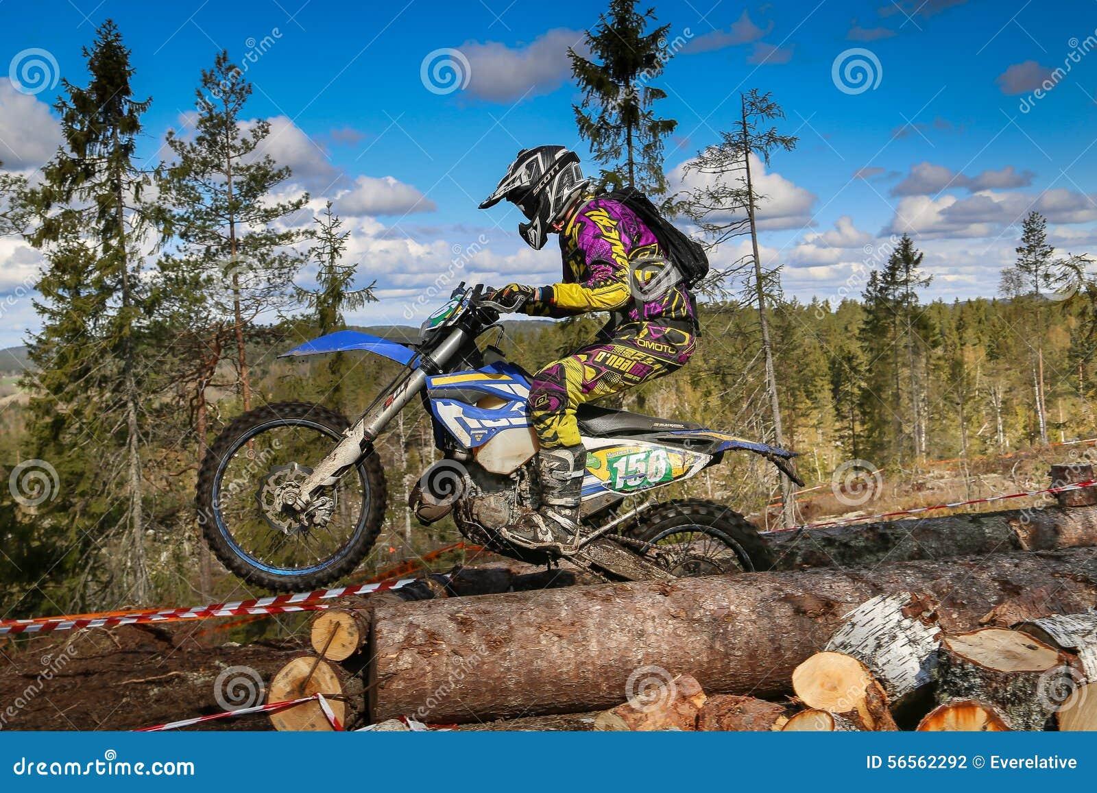 Download Αναβάτης Enduro στη μοτοσικλέτα του Εκδοτική Φωτογραφία - εικόνα από λάσπη, μοτοσικλέτα: 56562292