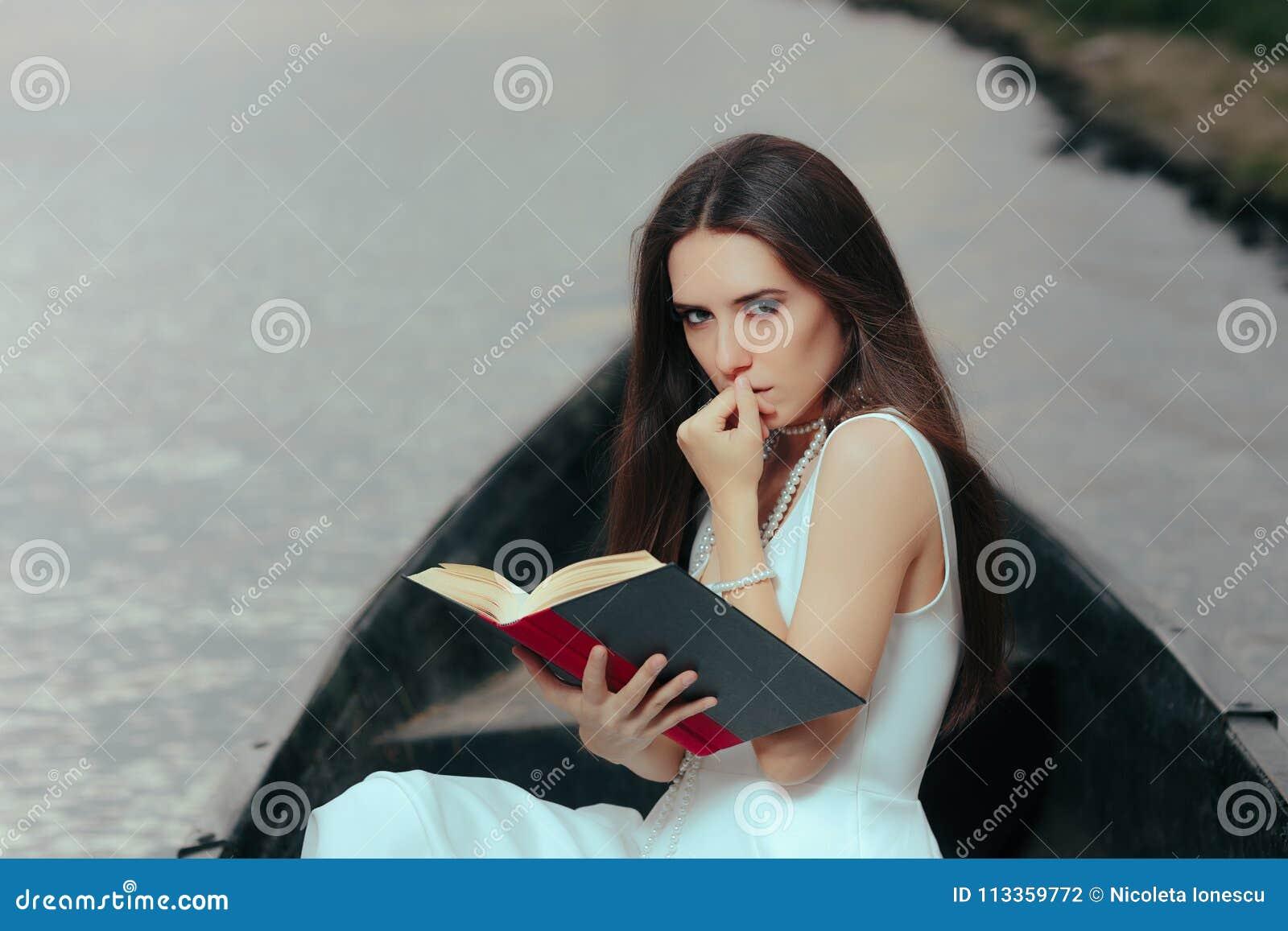 Αναδρομική γυναίκα που διαβάζει ένα βιβλίο σε μια εκλεκτής ποιότητας βάρκα