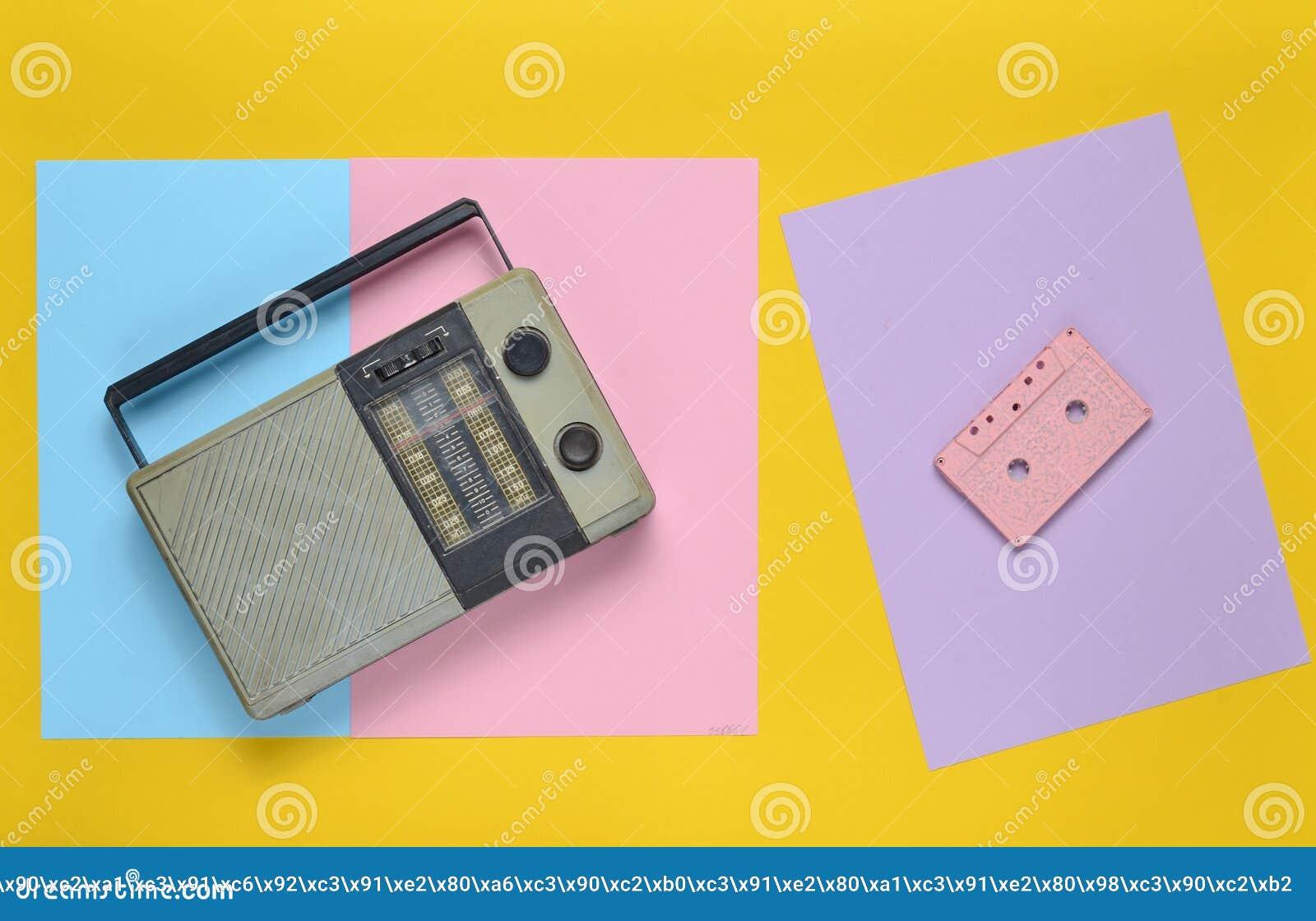 Αναδρομικός ραδιο δέκτης, ακουστική κασέτα σε ένα χρωματισμένο υπόβαθρο εγγράφου μινιμαλισμός Τοπ όψη
