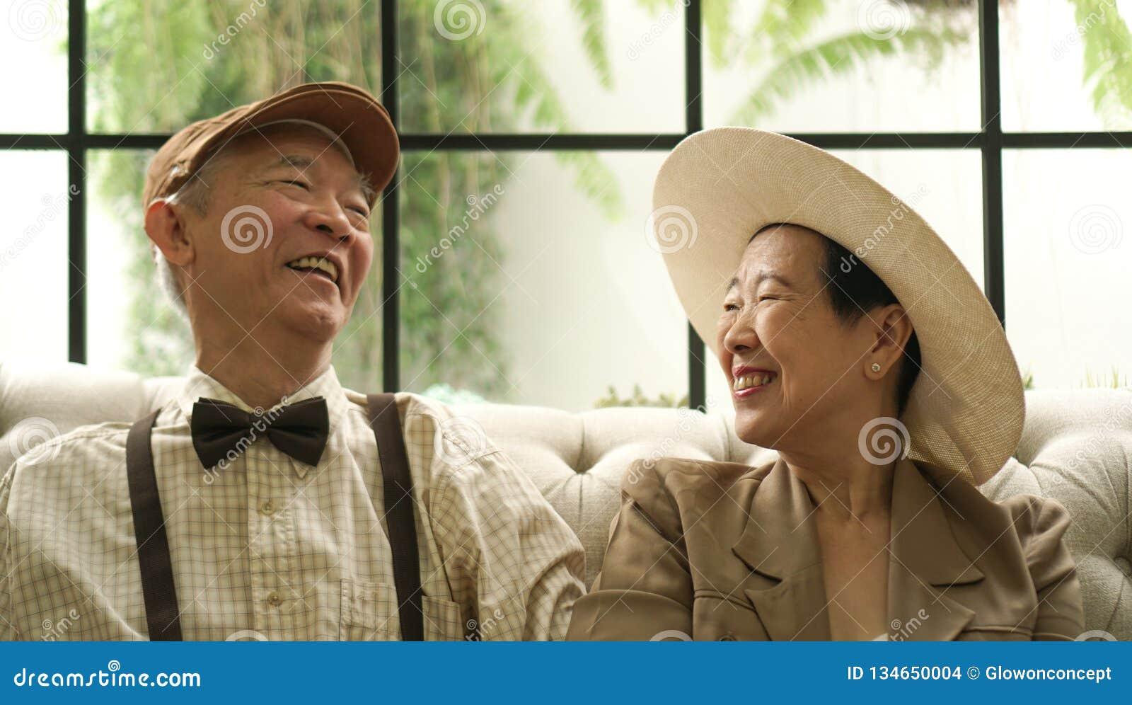 Αναδρομικό ασιατικό ηλικιωμένο σπίτι ύφους ζευγών ευτυχές κλασικό
