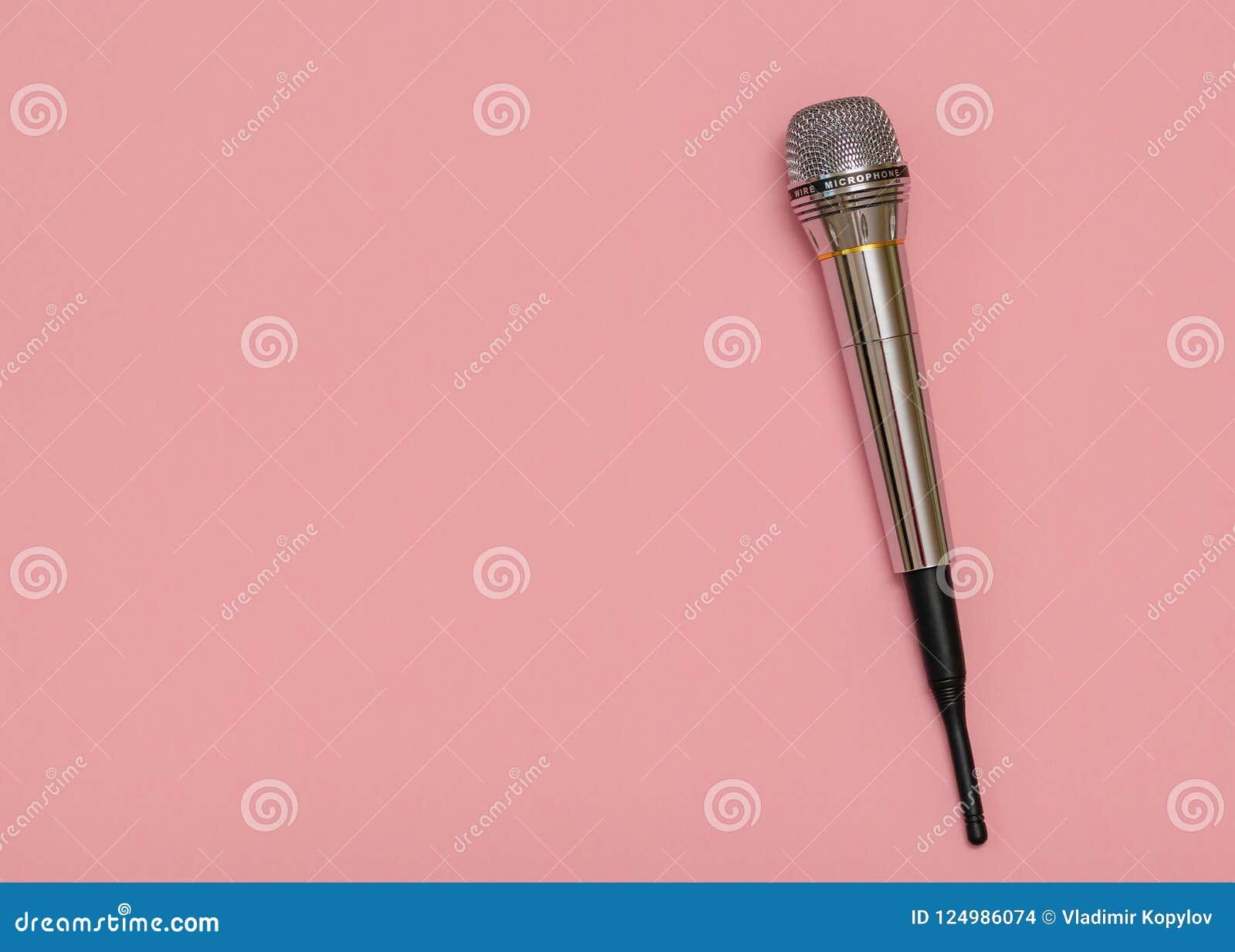 Αναδρομικό μικρόφωνο με το καλώδιο στο ρόδινο υπόβαθρο μινιμαλισμός Επίπεδος βάλτε