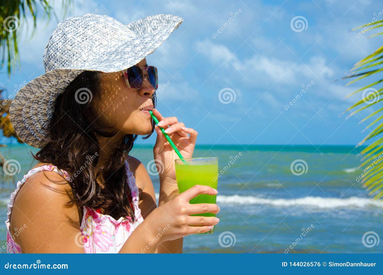 Αναζωογονώντας κοκτέιλ στην παραλία στη Μπελίζ - αναψυχή στον τροπικό προορισμό για τις διακοπές - ακτή παραδείσου