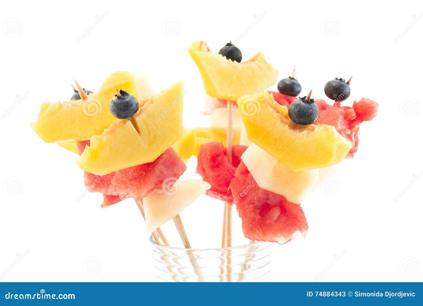 Αναζωογονώντας οβελίδια φρούτων - πρόχειρο φαγητό φρούτων